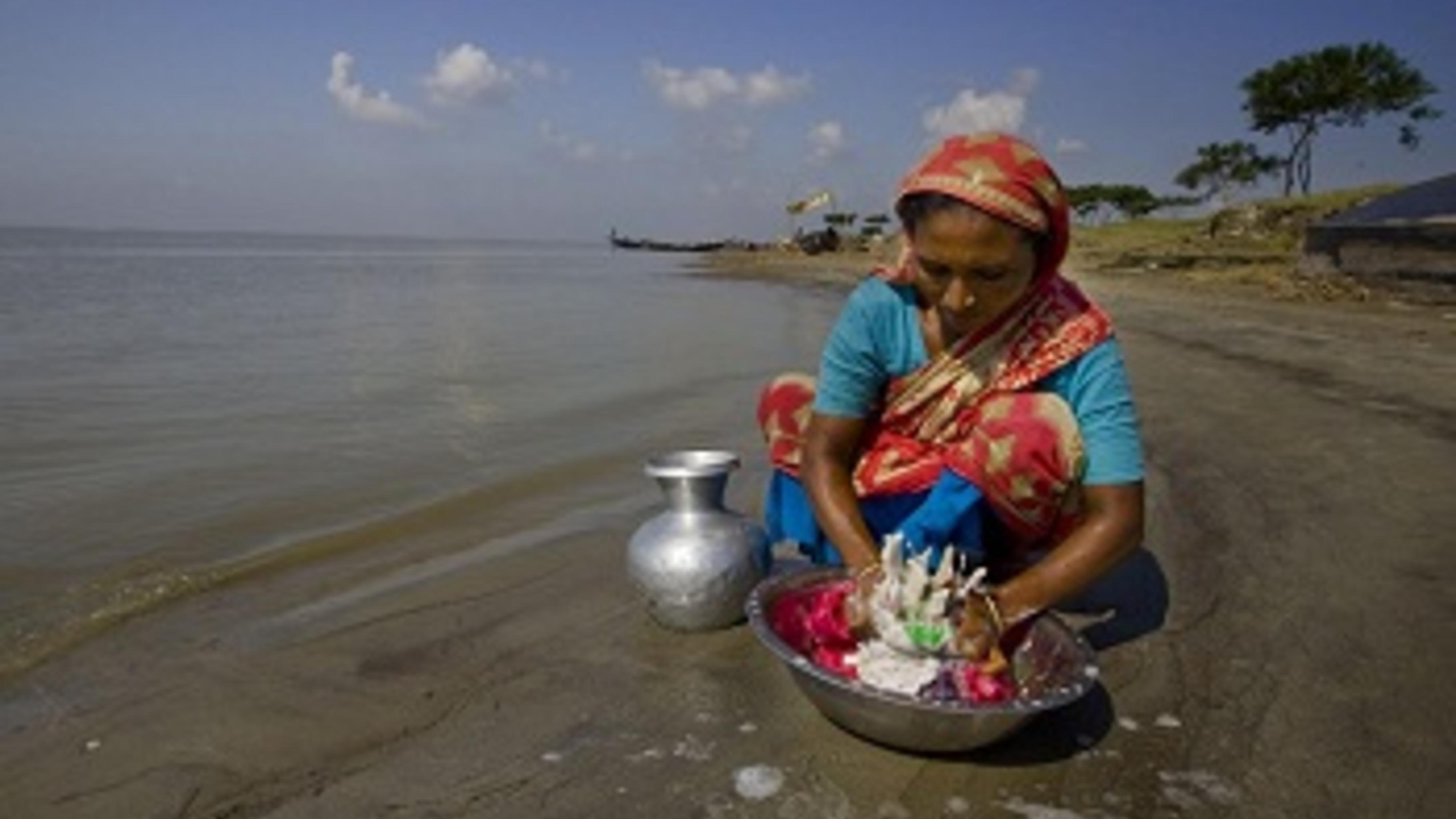 Hasina Begum auf der Flussinsel Char Atra.