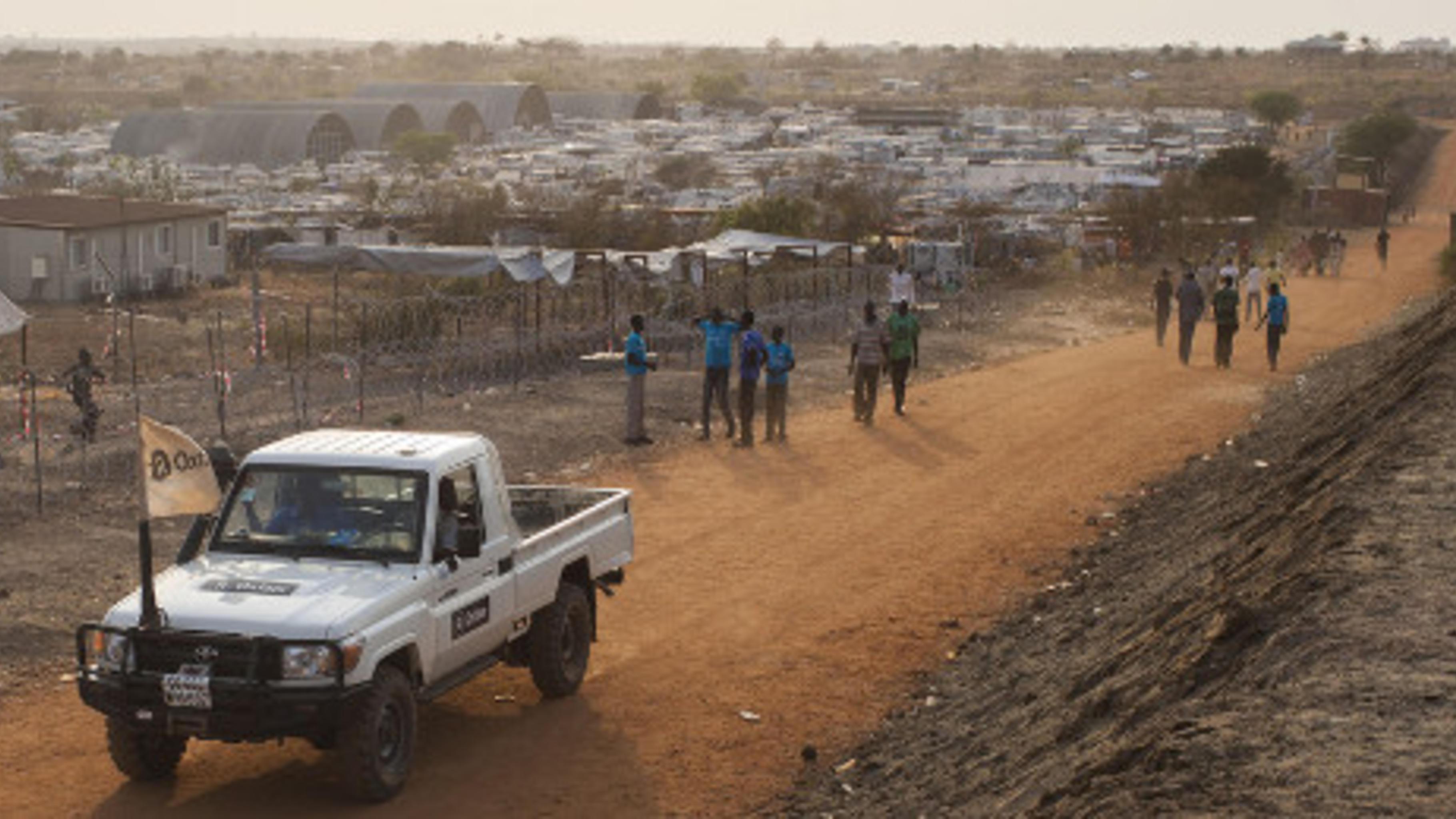 Oxfam-Mitarbeiter/innen auf dem Weg in ein Vertriebenen-Camp im Südsudan.