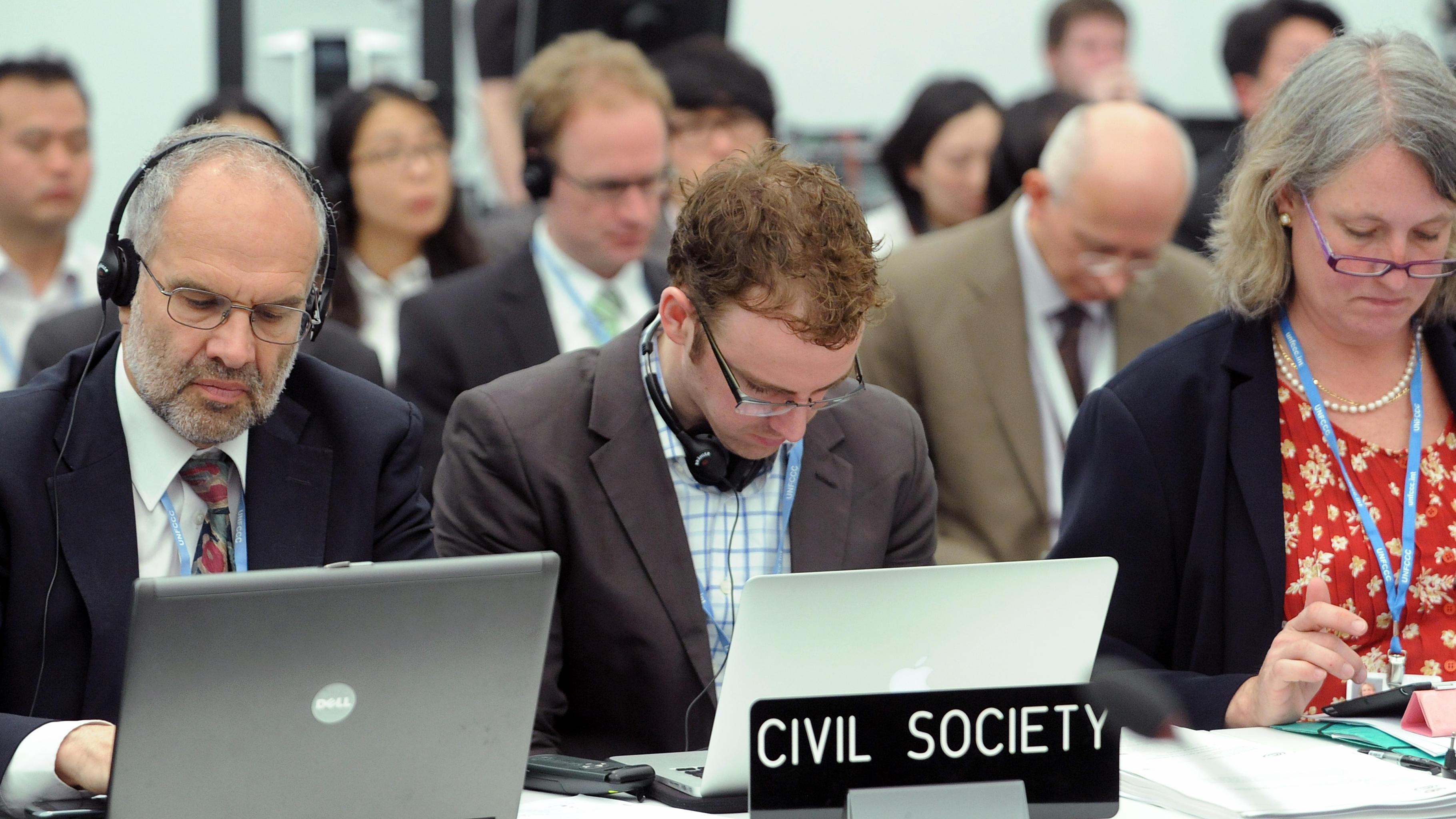 Nichtregierungsorganisationen verfolgen den Verhandlungsverlauf.
