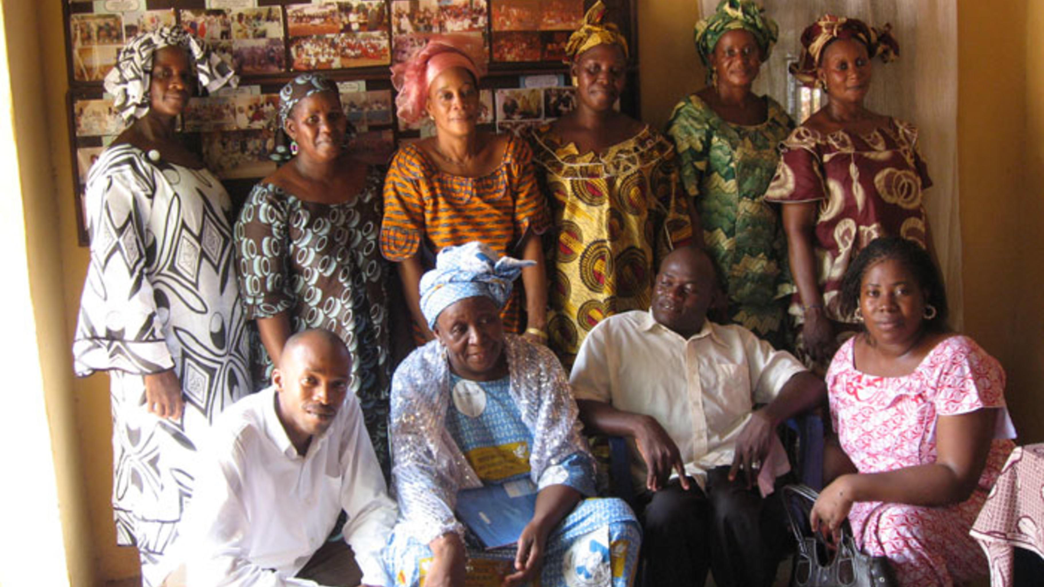 Foto: Das Team von Tagnè im Büro der Organisation.