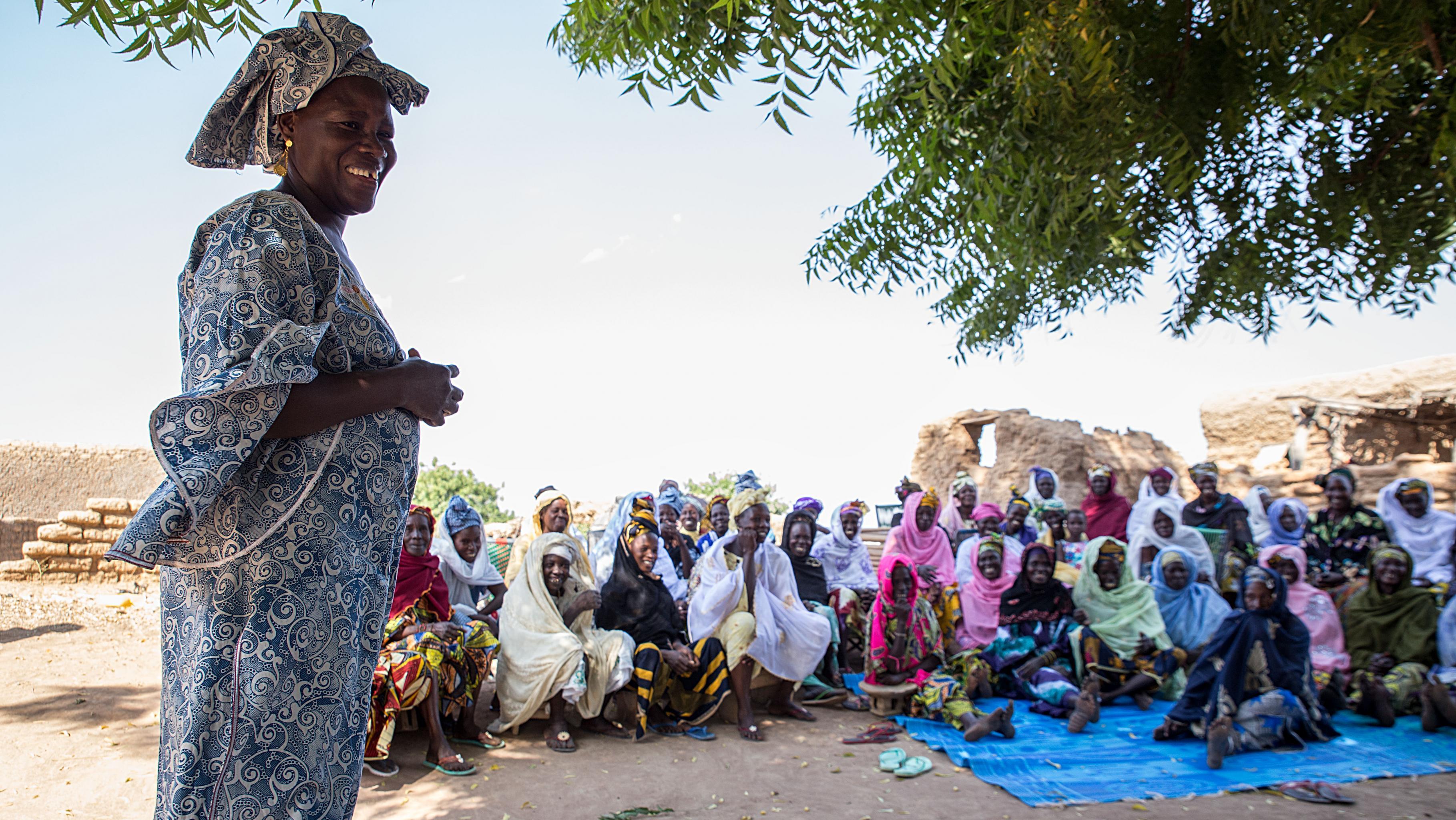 Virginie Mounkoro, Geschäftsführerin von Oxfams Partnerorganisation APSEF, spricht mit Frauen in Toumani, Gemeinde Nyamina.