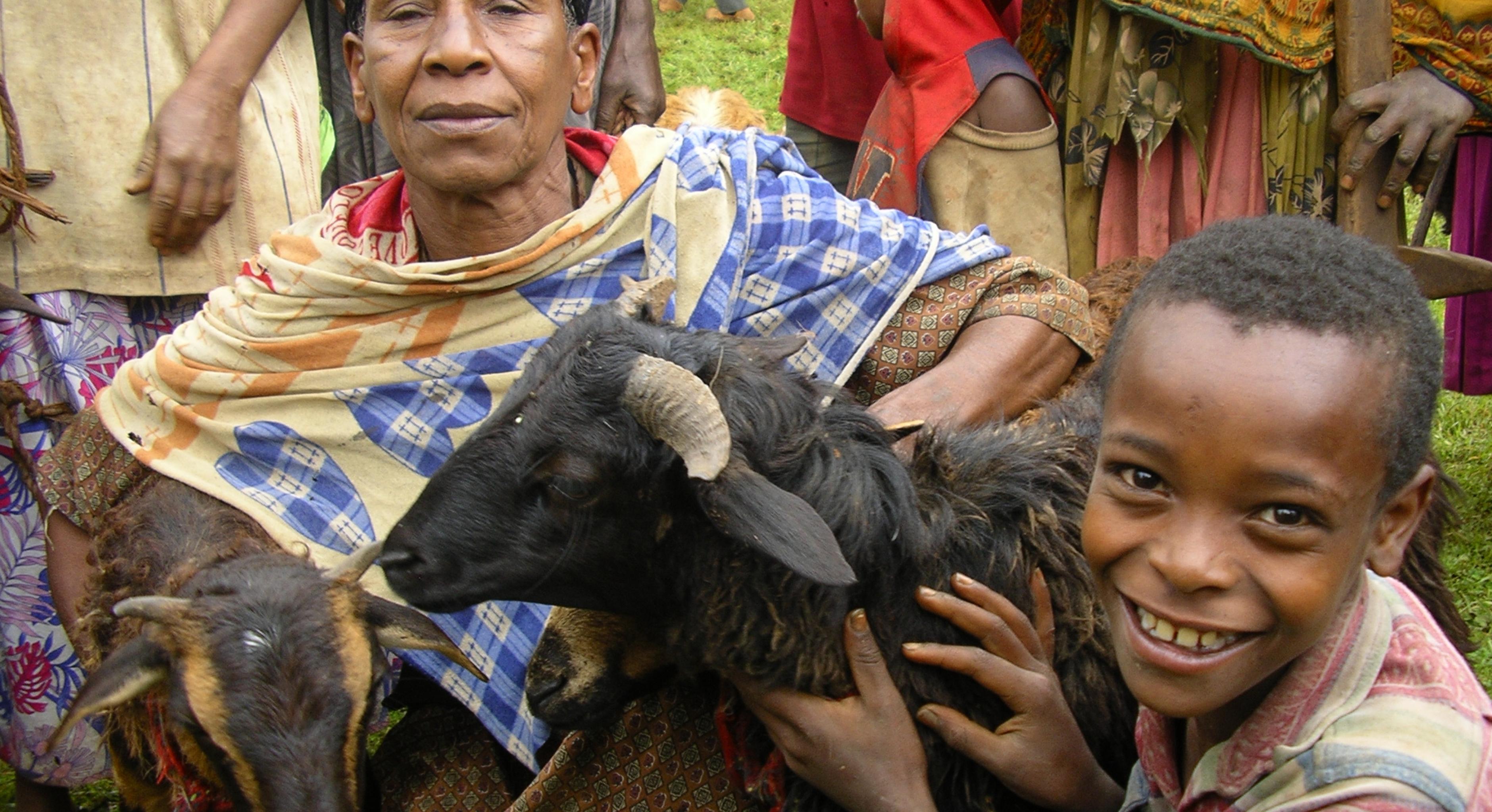 Oxfam Projekt in Äthiopien: Kind und Mann mit Ziege