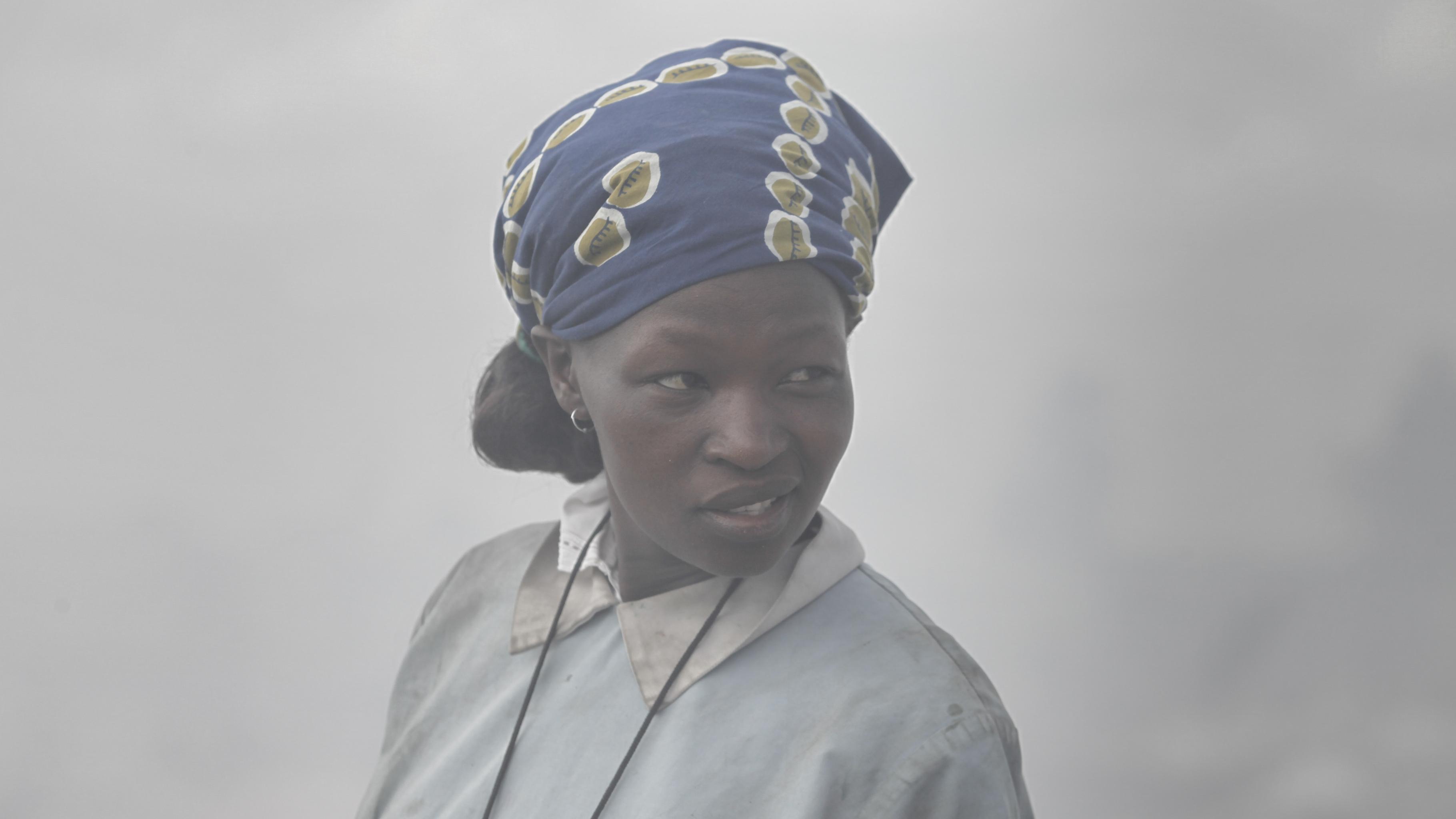 Eine Frau in dichtem Nebel