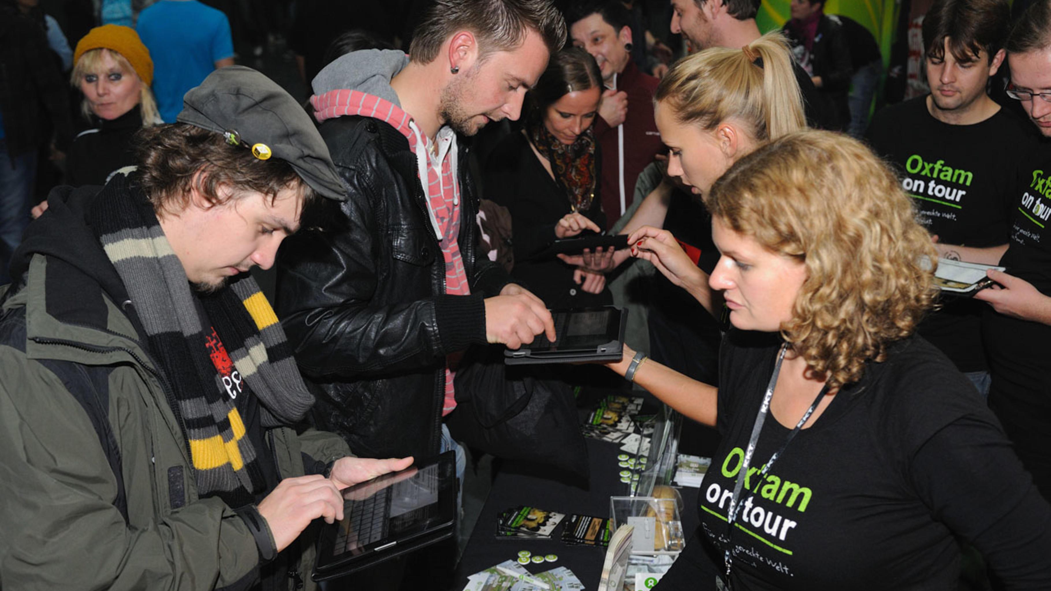 Konzert-Aktivist/innen im Einsatz mit iPads beim Konzert der Toten Hosen.
