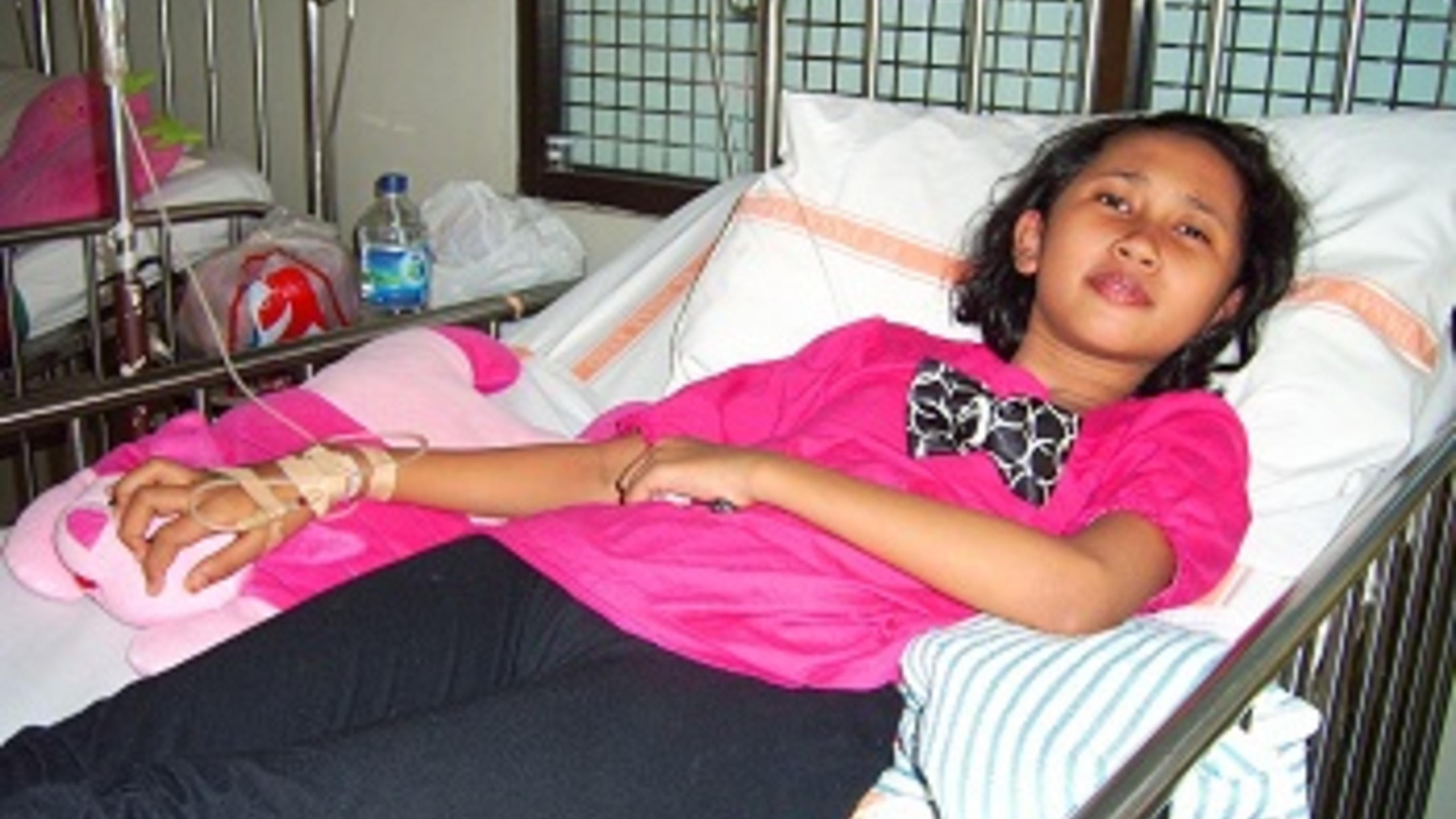 Laila liegt mit Dengue-Fieber im Krankenhaus.  Foto: Devi Ayu/Oxfam
