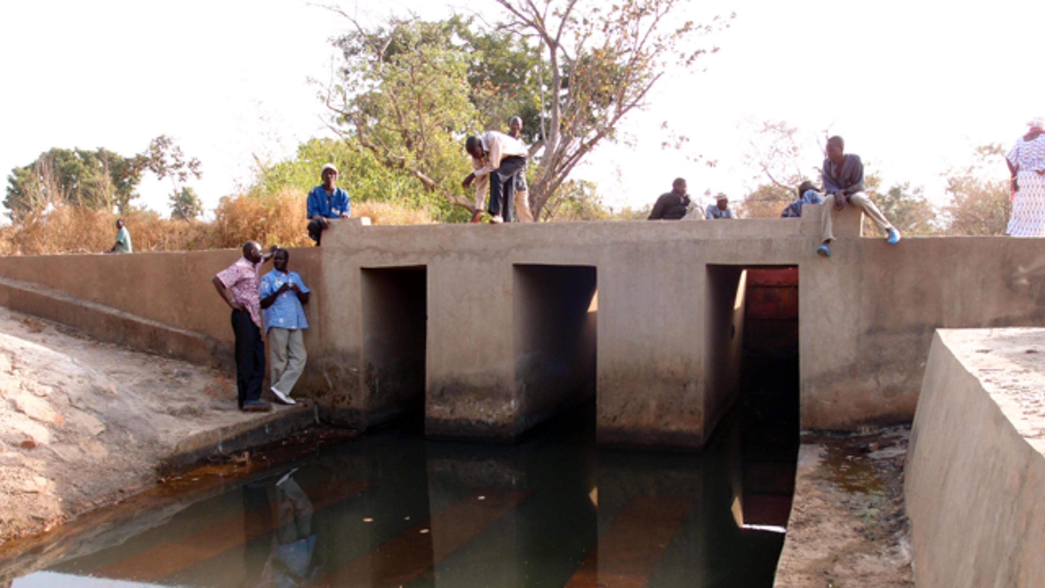 Die in Bagnagafata errichtete Staumauer in einem tief eingeschnittenen Bachlauf.