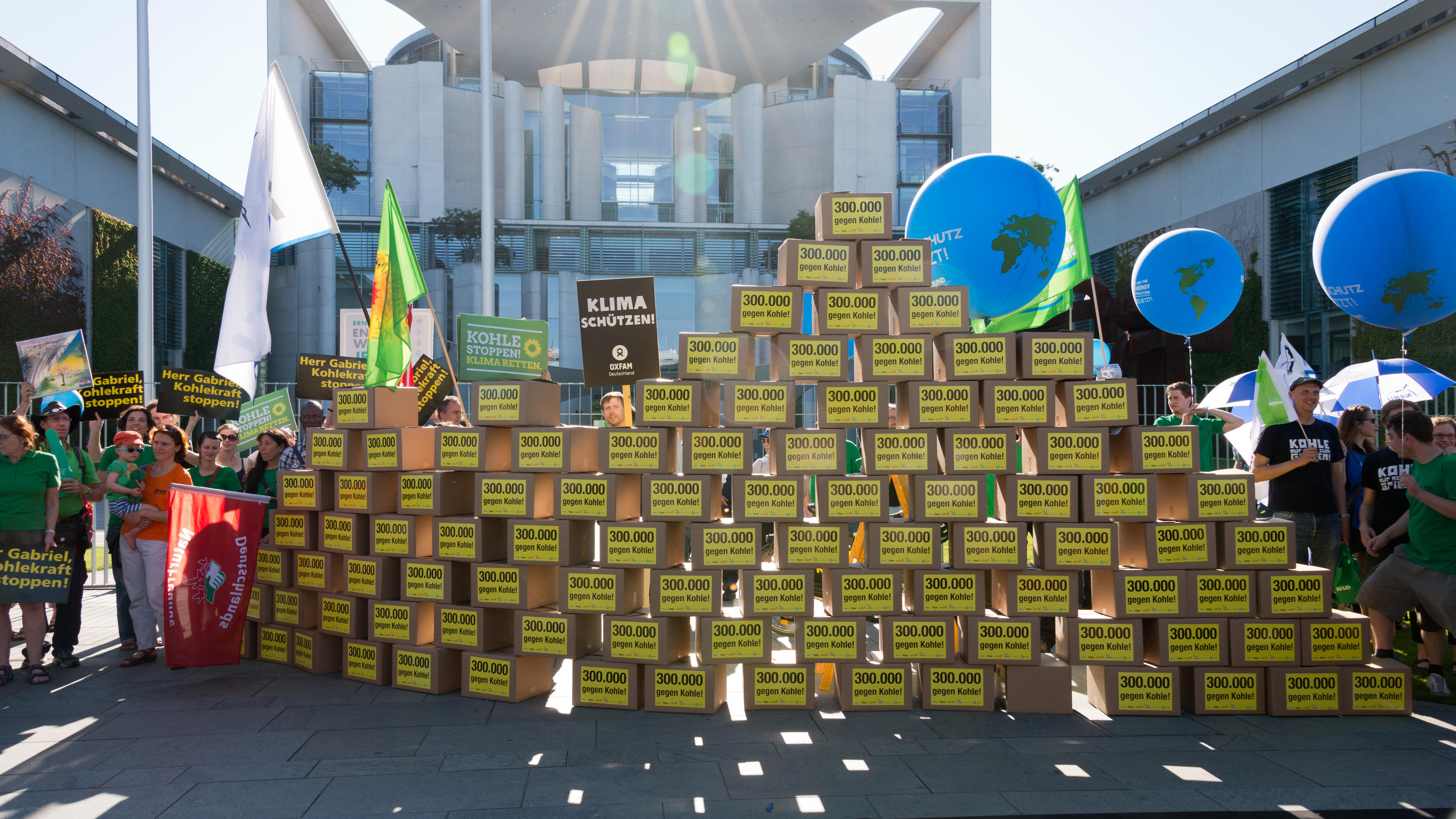 Aktivist/innen mit 300.000 Unterschriften gegen Kohle vor dem Kanzleramt