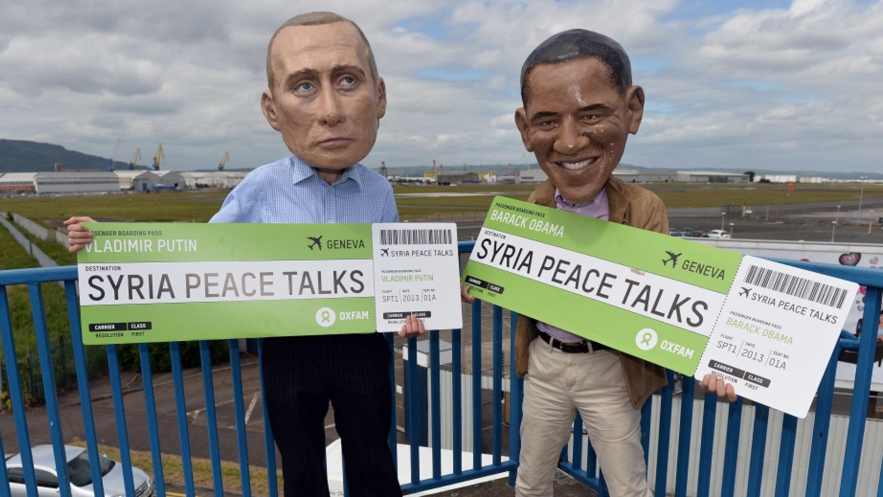 Zwei als Obama und Putin Verkleidete mit riesigen Tickets auf einem Flughafen