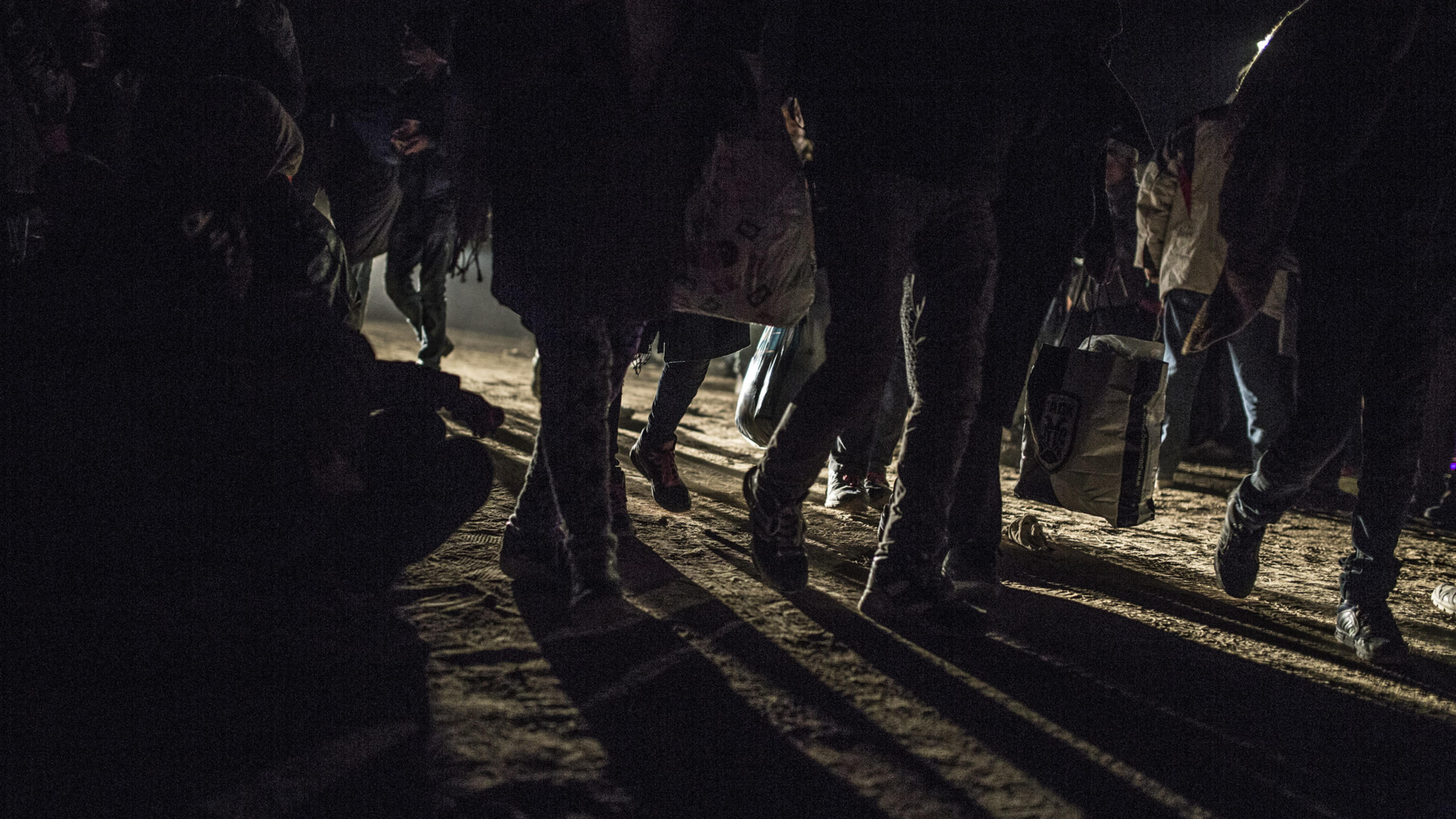 Flüchtlinge erreichen in der Nacht die Grenze zu Serbien