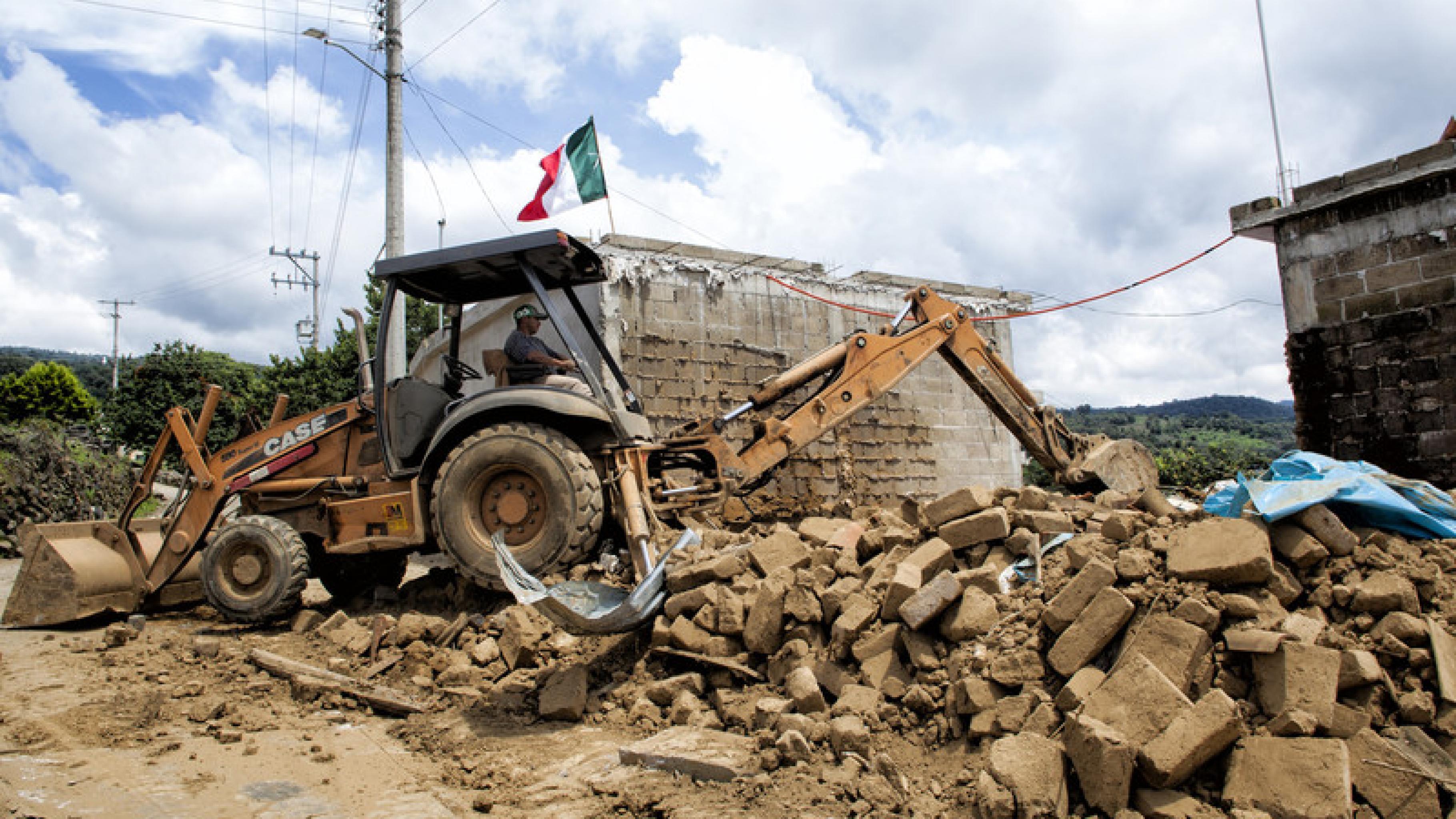 Bagger bei Aufräumarbeiten nach dem schweren Erdbeben in Mexiko.
