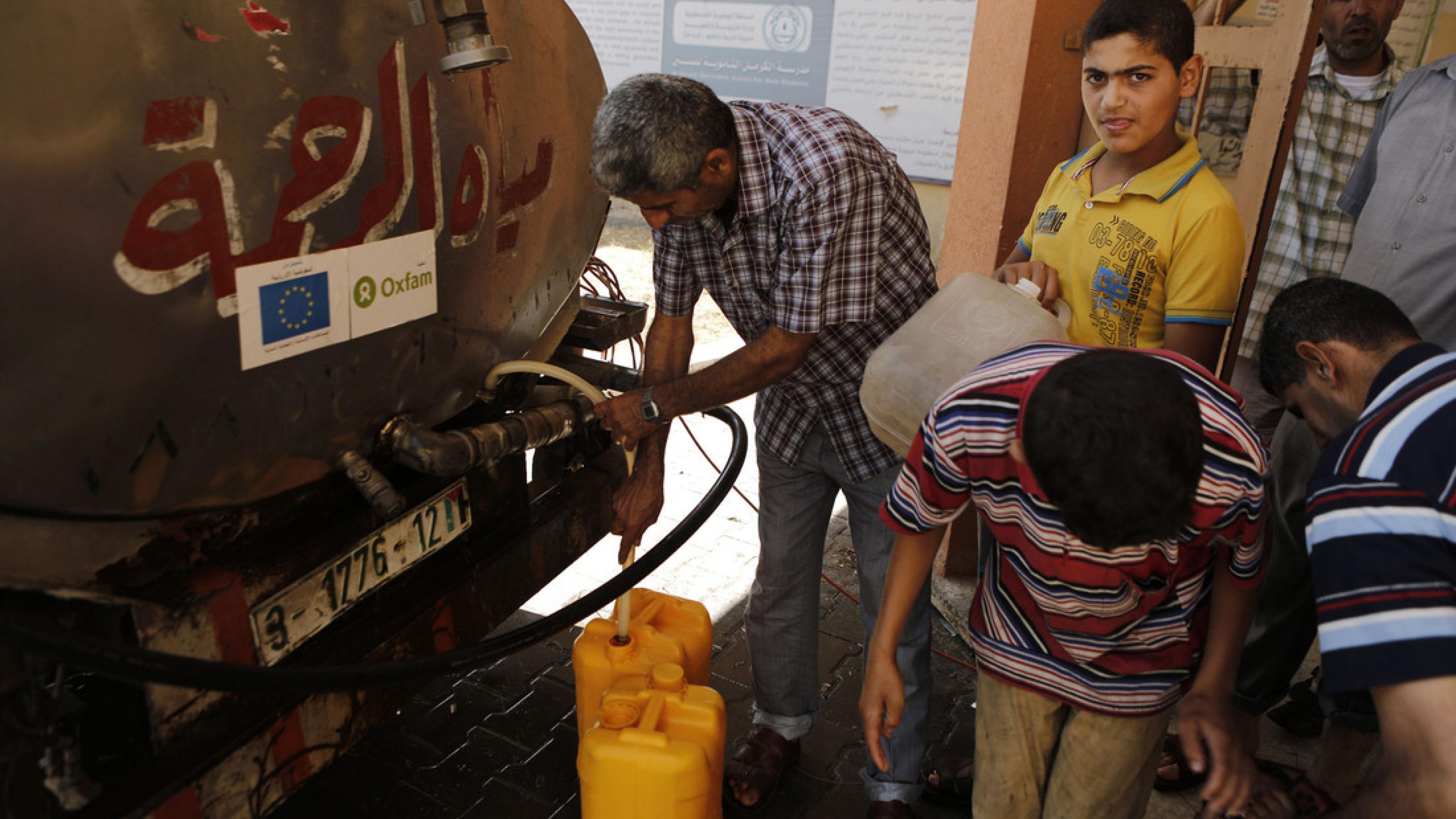Oxfam versorgt die Zivilbevölkerung in Gaza mit Trinkwasser.