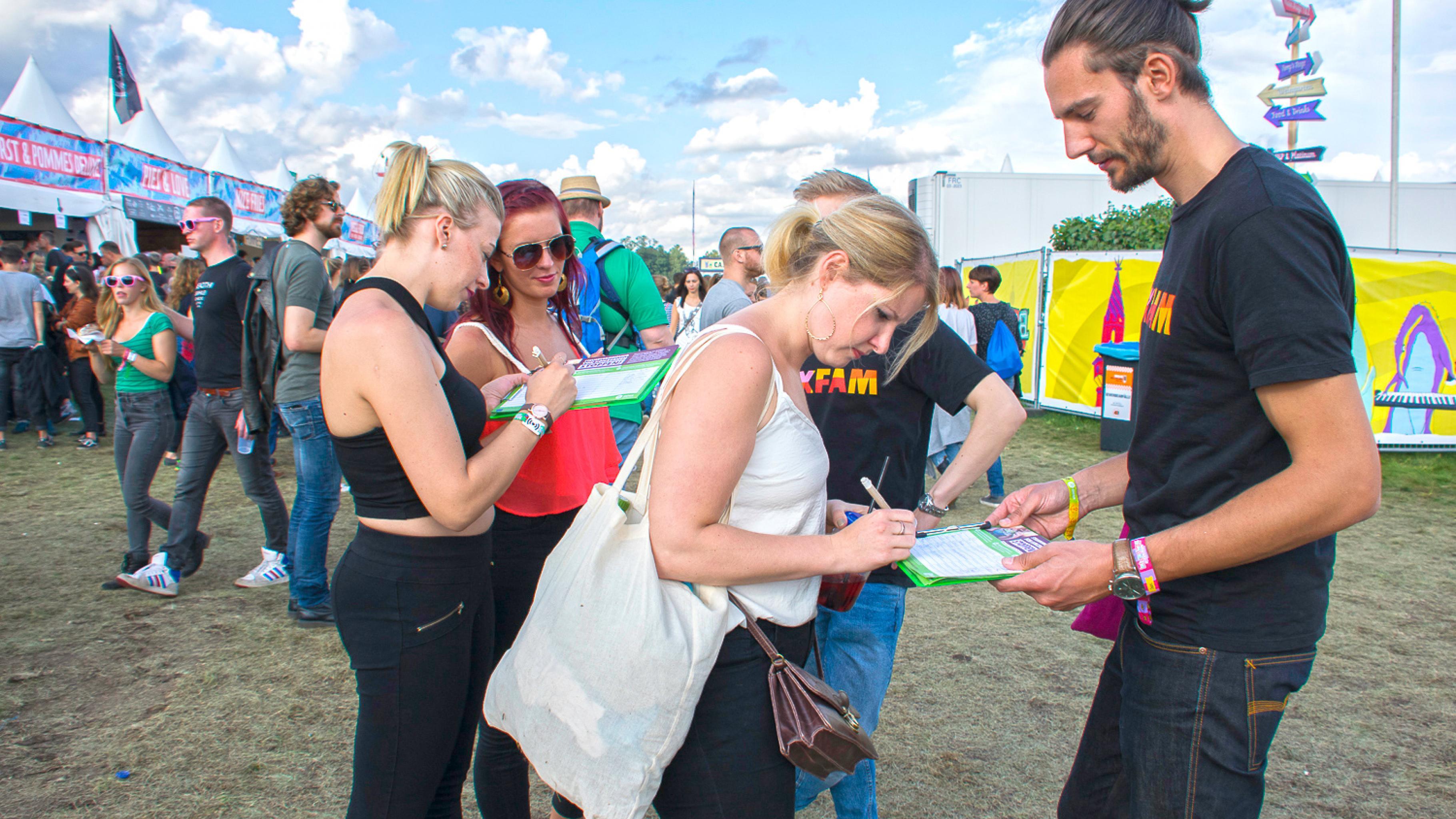 Auf dem Festival kamen sie mit den Besuchern ins Gespräch und sammelten Unterschriften für mehr Steuergerechtigkeit.