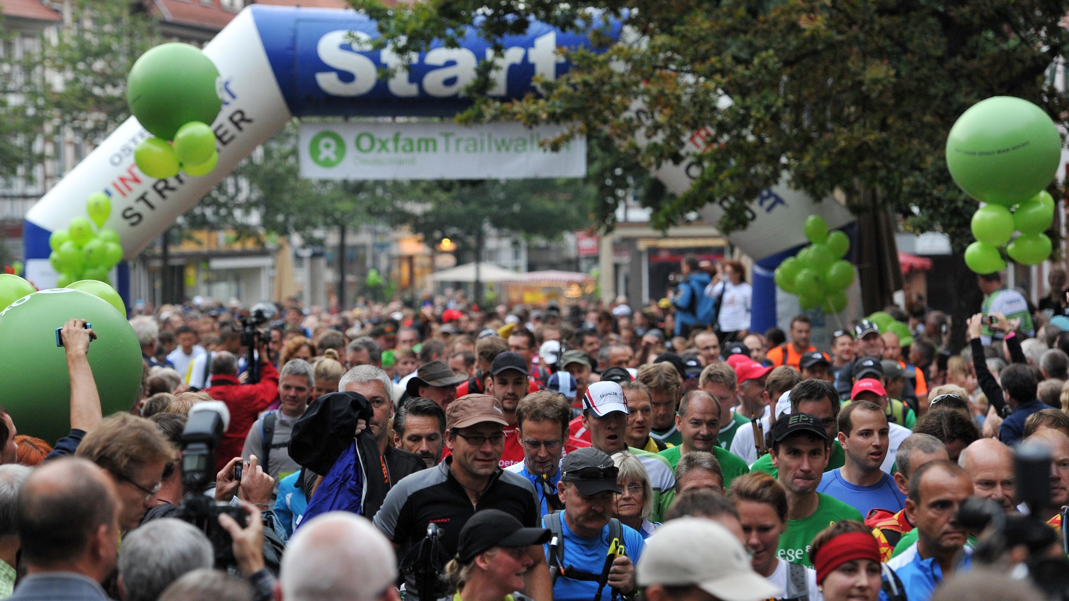 Start des Oxfam Trailwalkers 2012 - das Felder der Läufer/innen