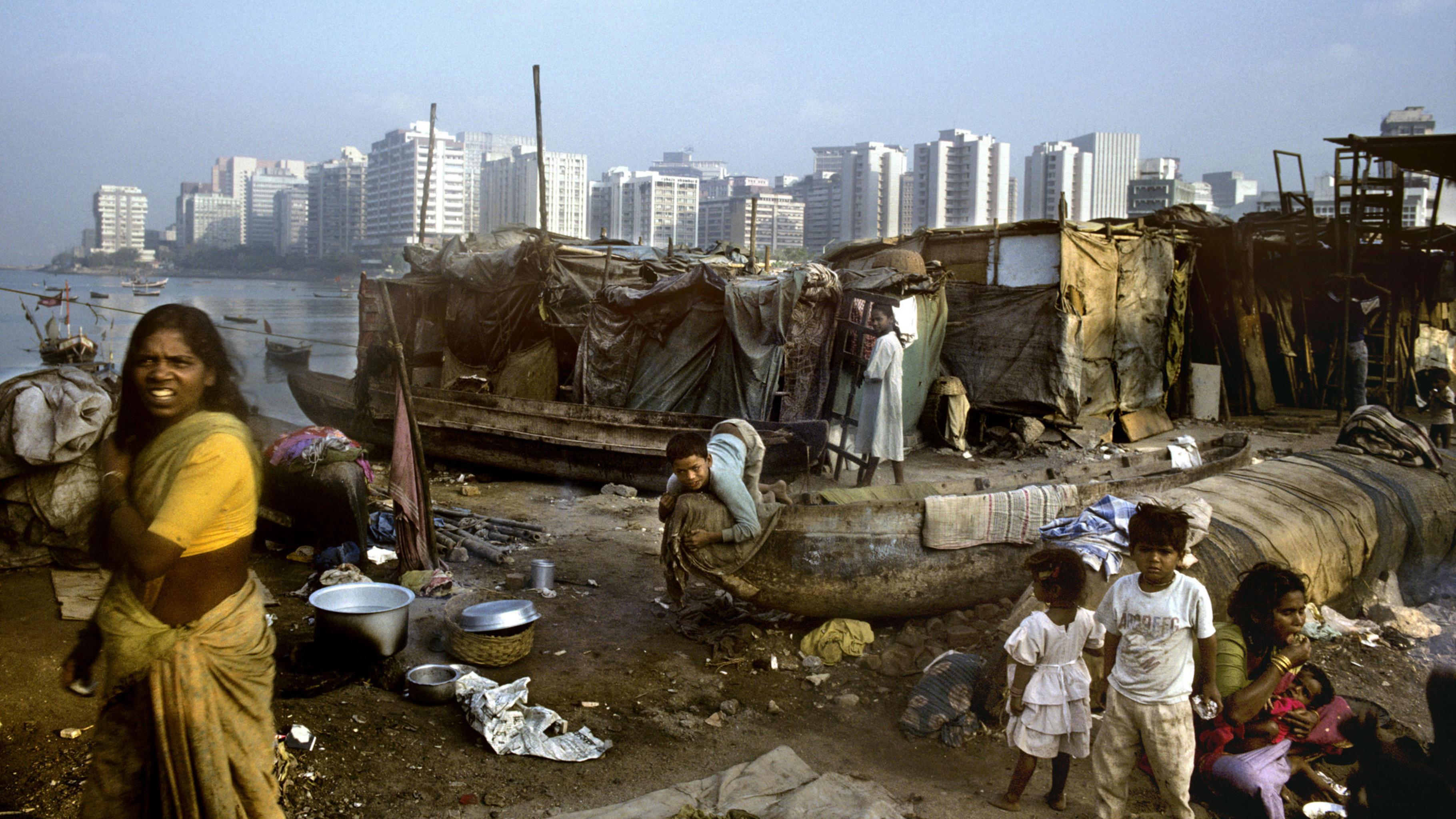 Bombay: In unmittelbarer Nachbarschaft der Hochhäusern des Geschäftsviertels Nariman Point leben Fischerfamilien in Baracken