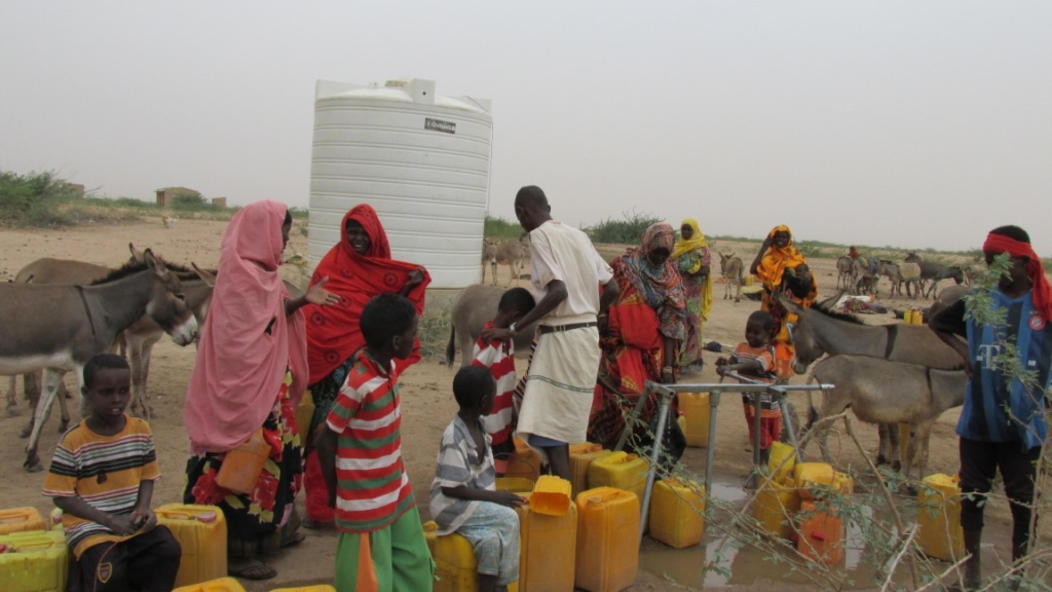 Menschen aus der Umgebung holen sich Wasser an dem vom Oxfam aufgestellten Wassertank in Bisle.