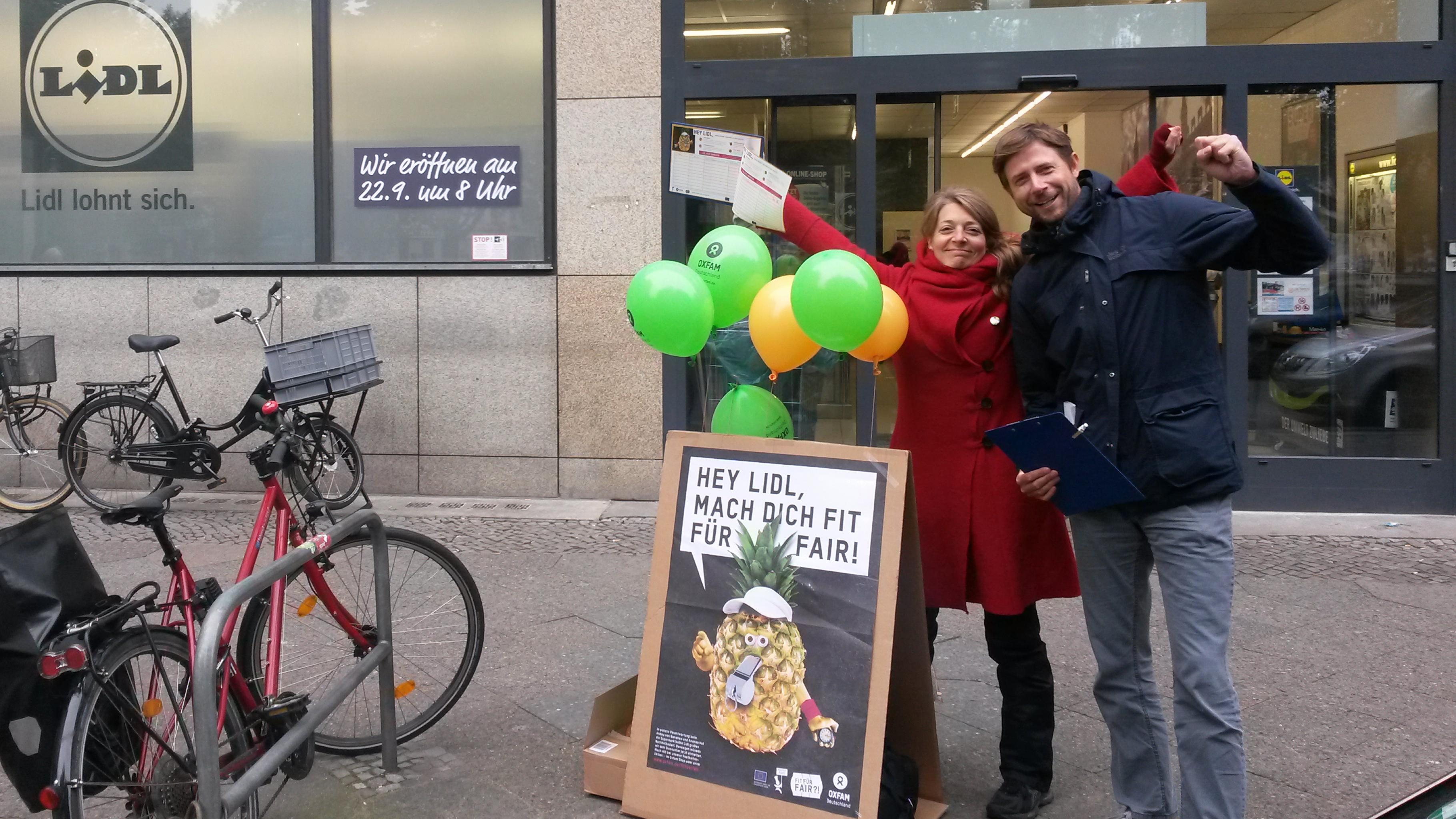 Oxfam-Unterstützer/innen vor einer Lidl-Filiale