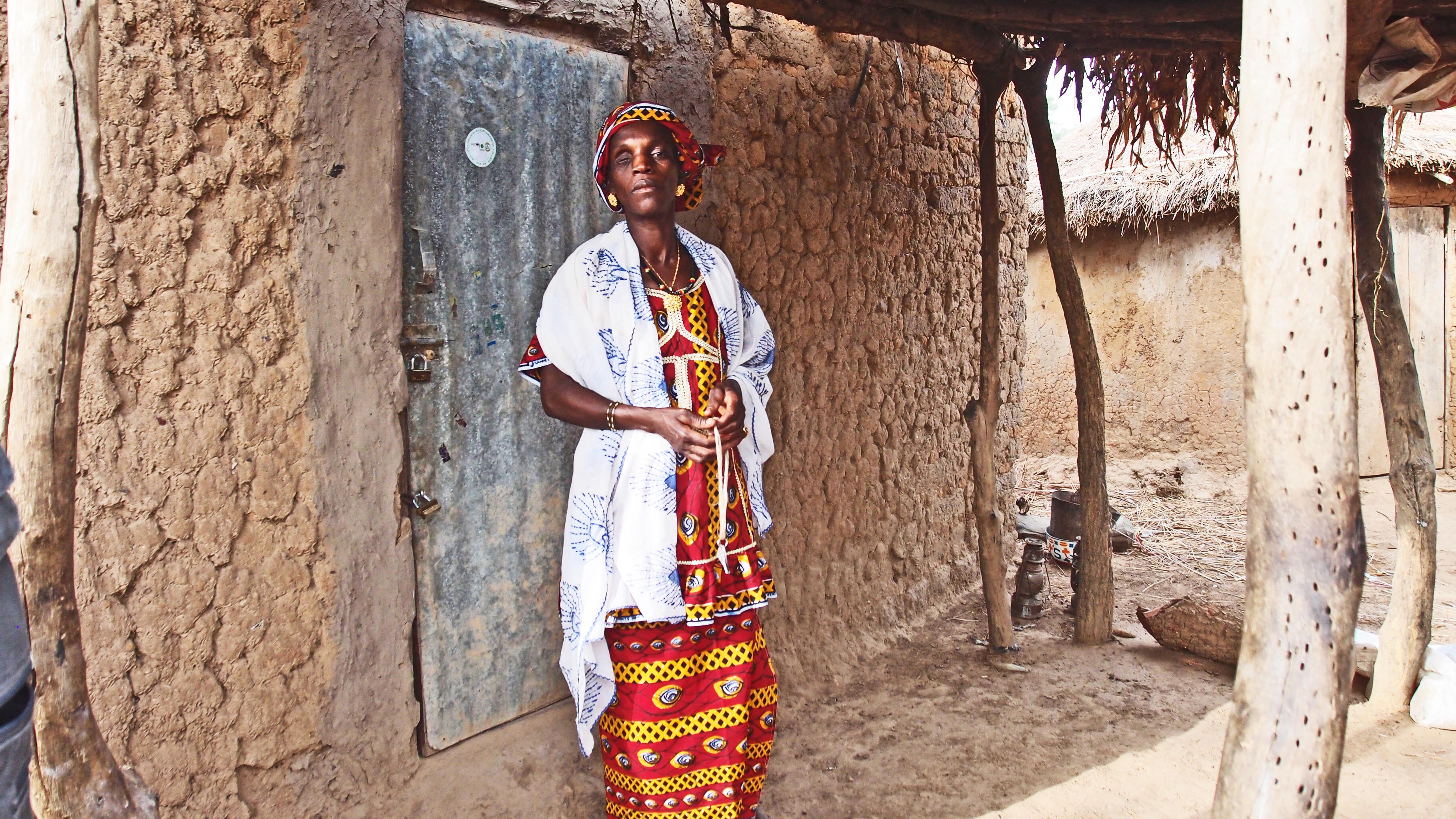 Schlüsselwärtin Dossou Sidibé steht vor dem Getreidelager