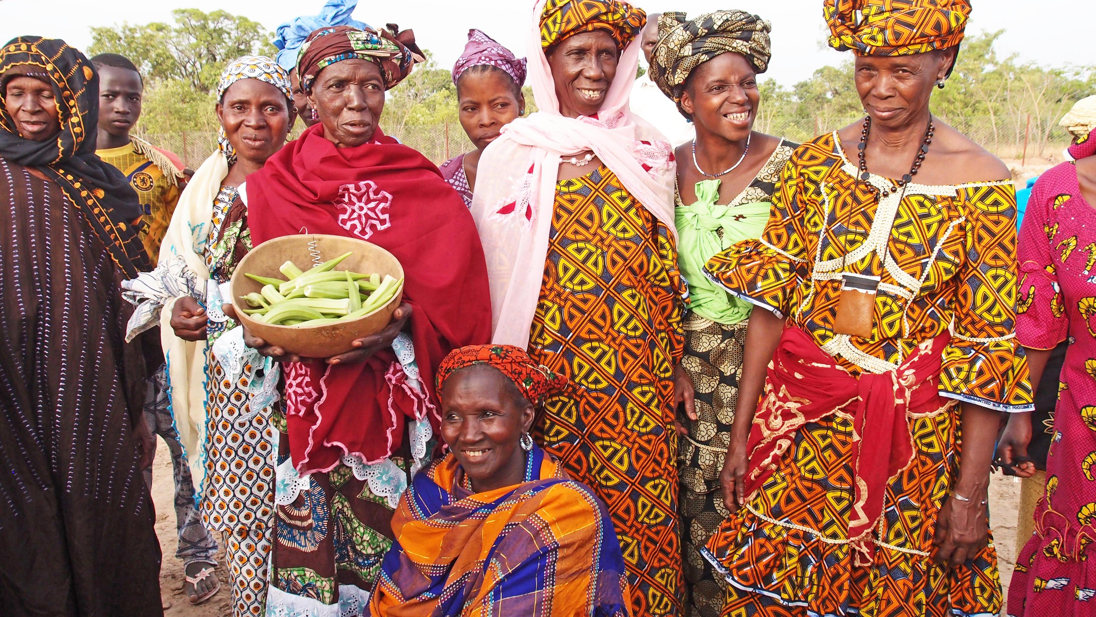 Die Frauen des Dorfes Makana Brigo präsentieren stolz einen Teil ihrer Ernte.