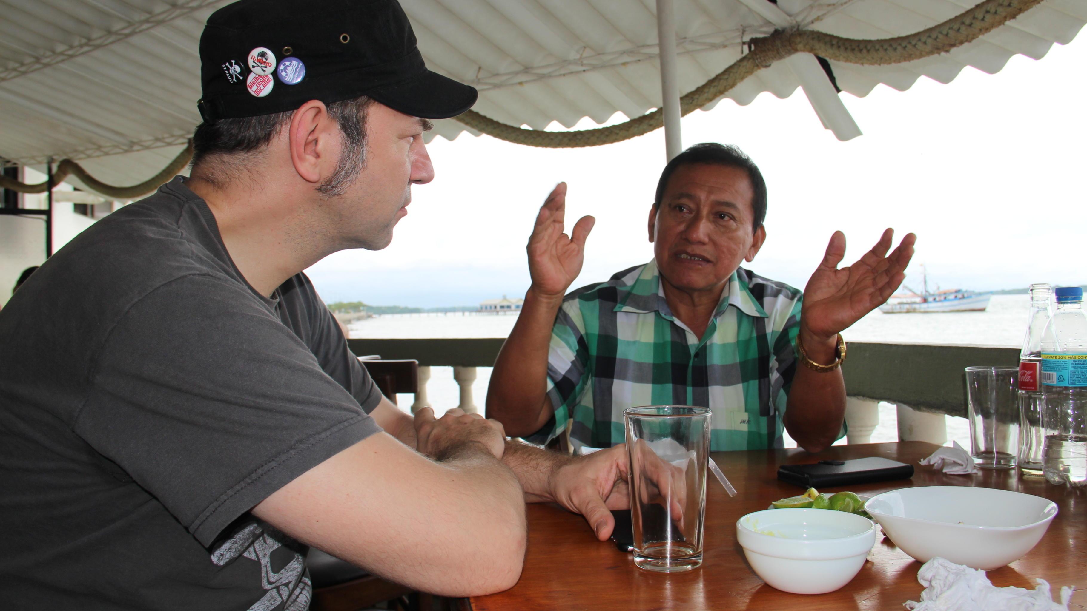 Ole im Gespräch mit Joaquín Vasquez, Vorsitzender der Kleinbauern-Kooperative UROCAL.