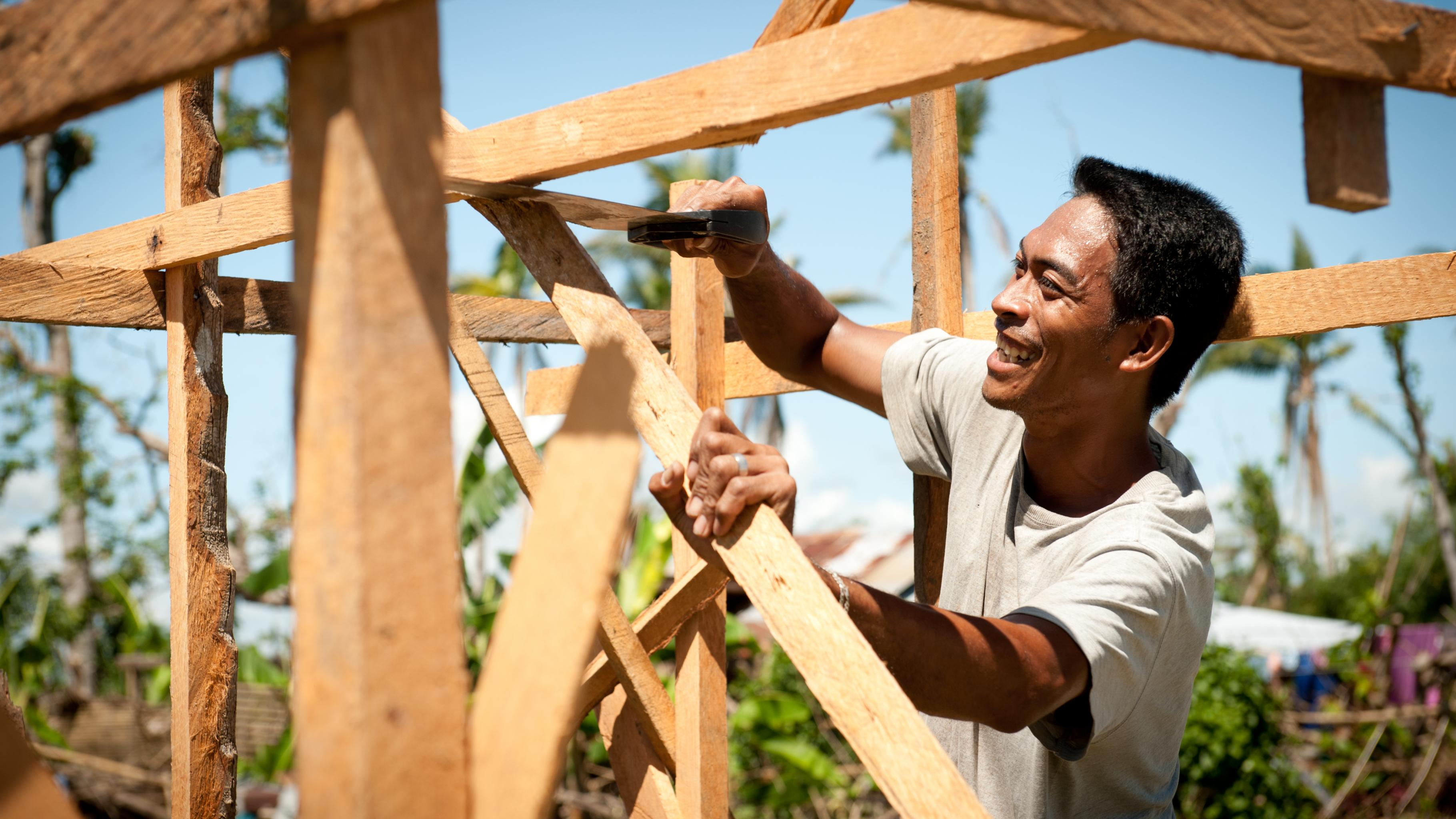 Mann baut Kiosk aus Holz