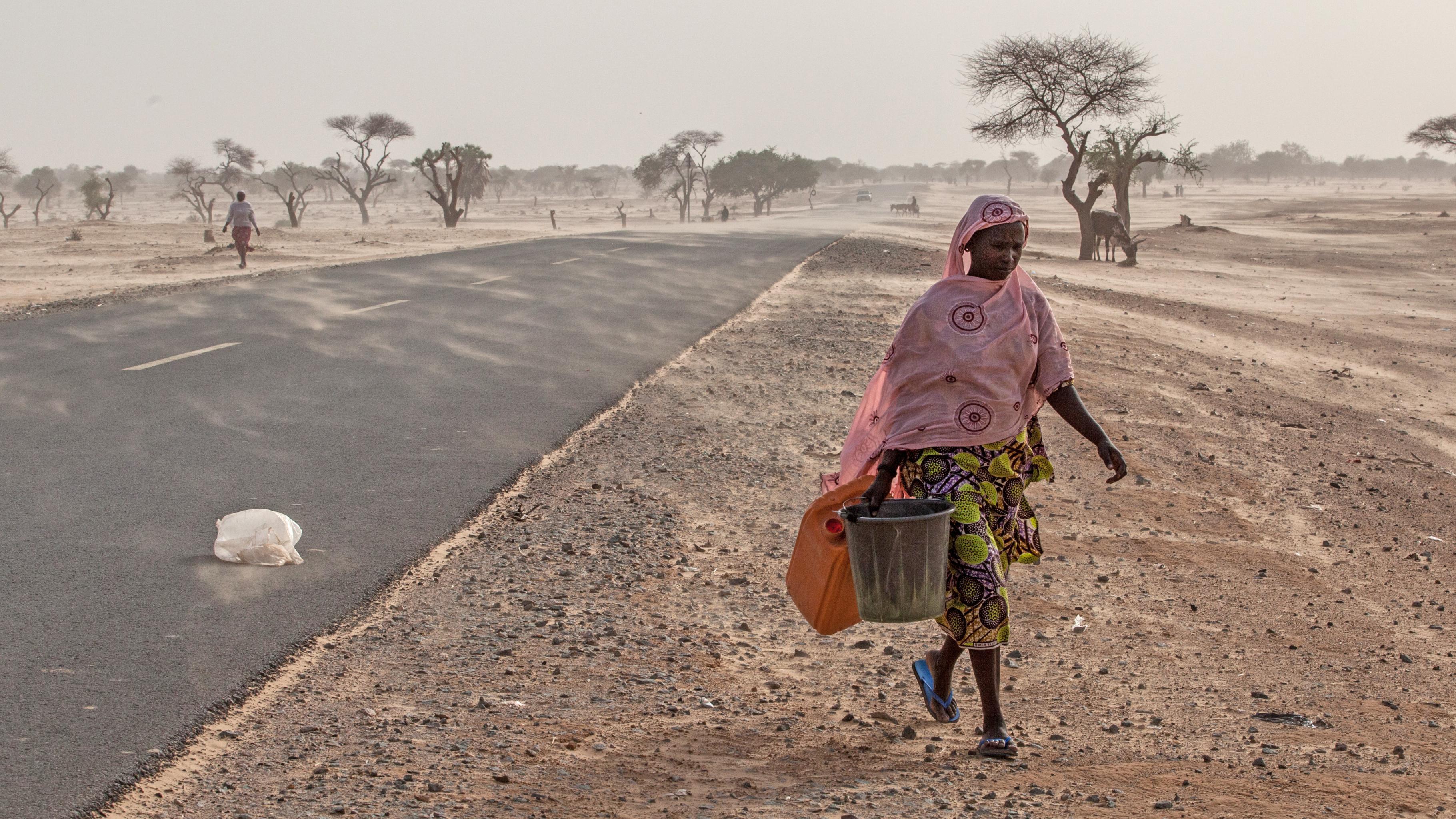 Niger: Frau auf dem Weg zum Brunnen