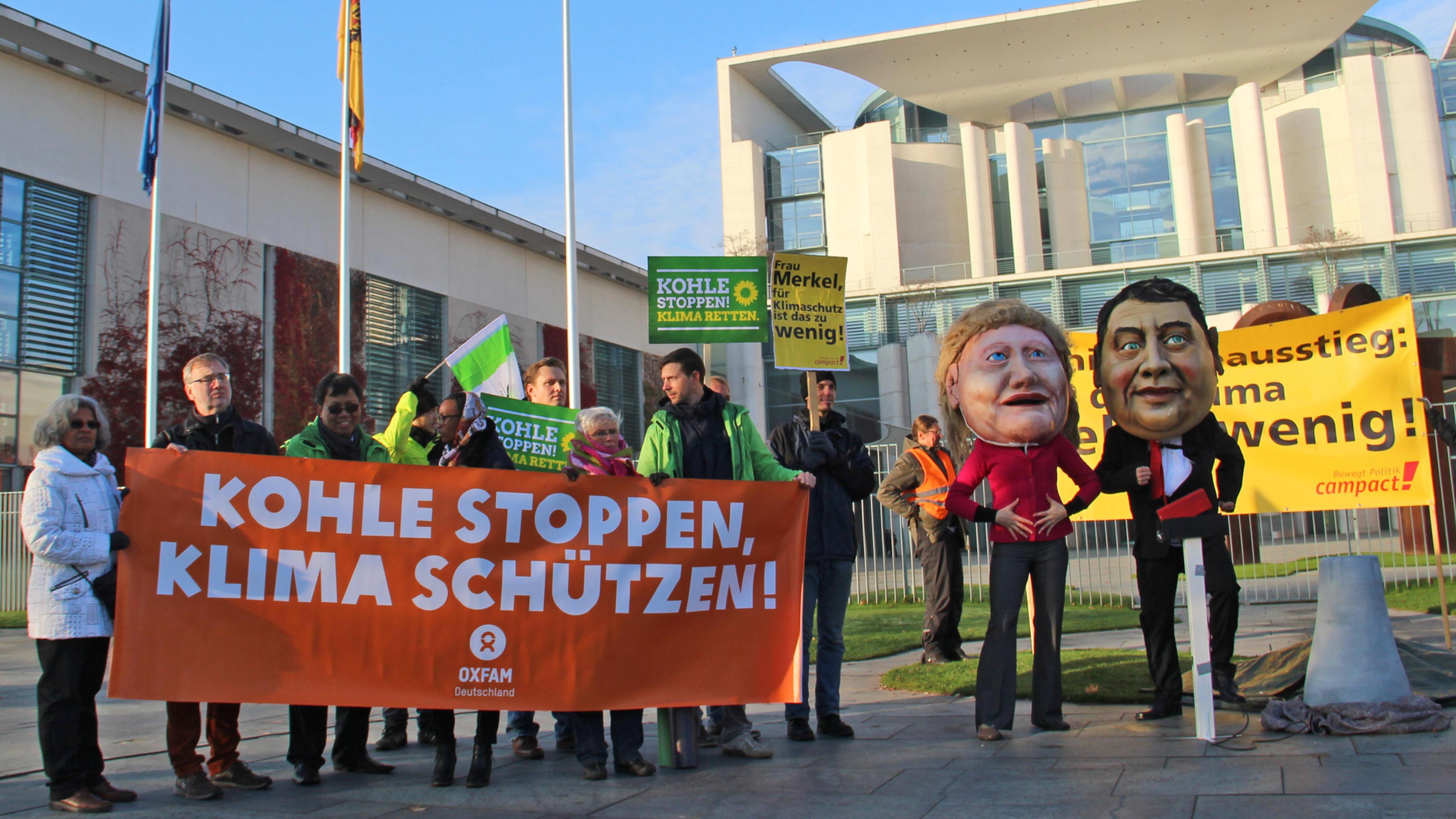 """Übergabe der Unterschriften der Kampagne """"Kohle kostet Leben"""" von Oxfam"""