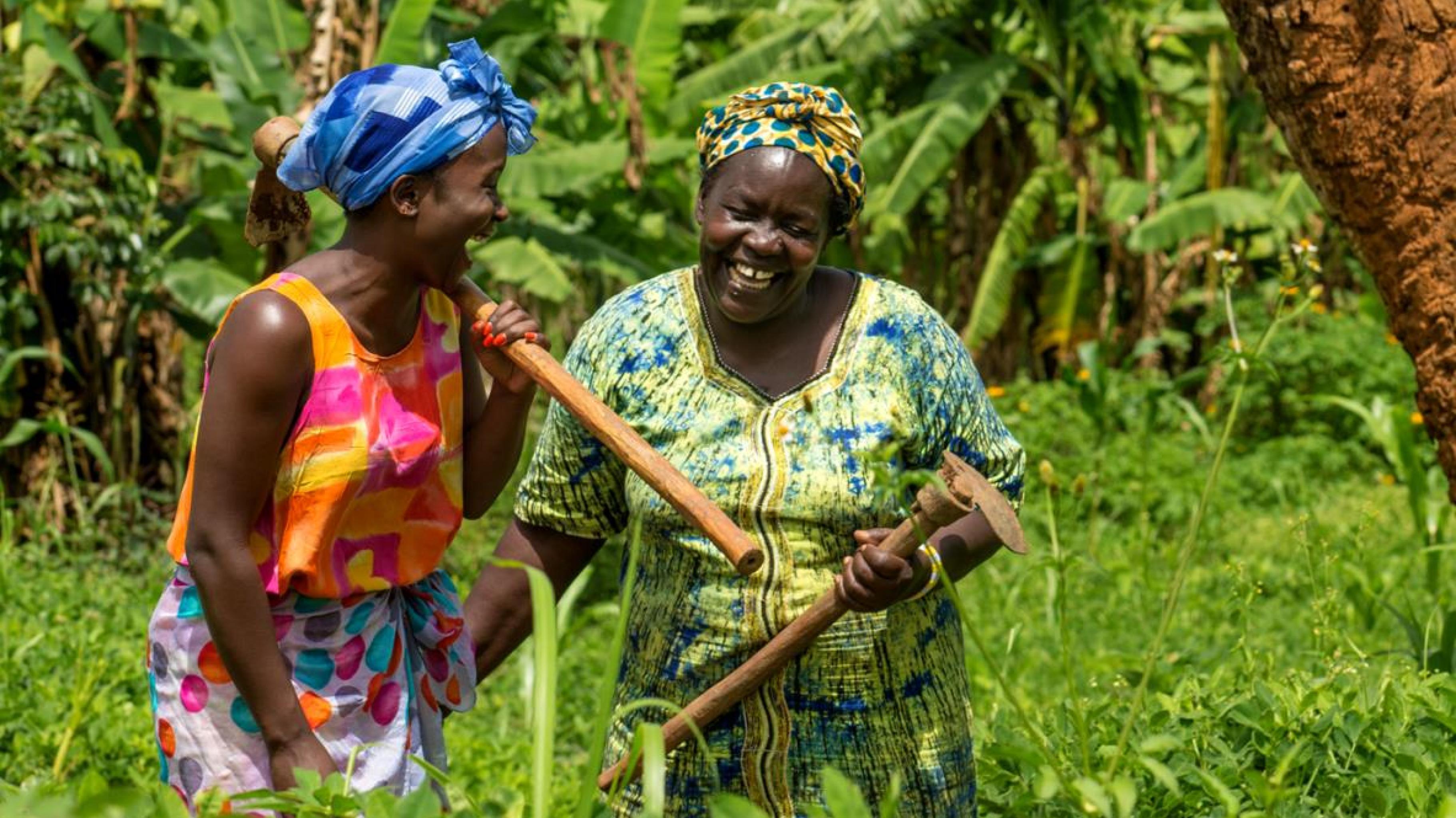 Lachende Frauen im Garten in Uganda