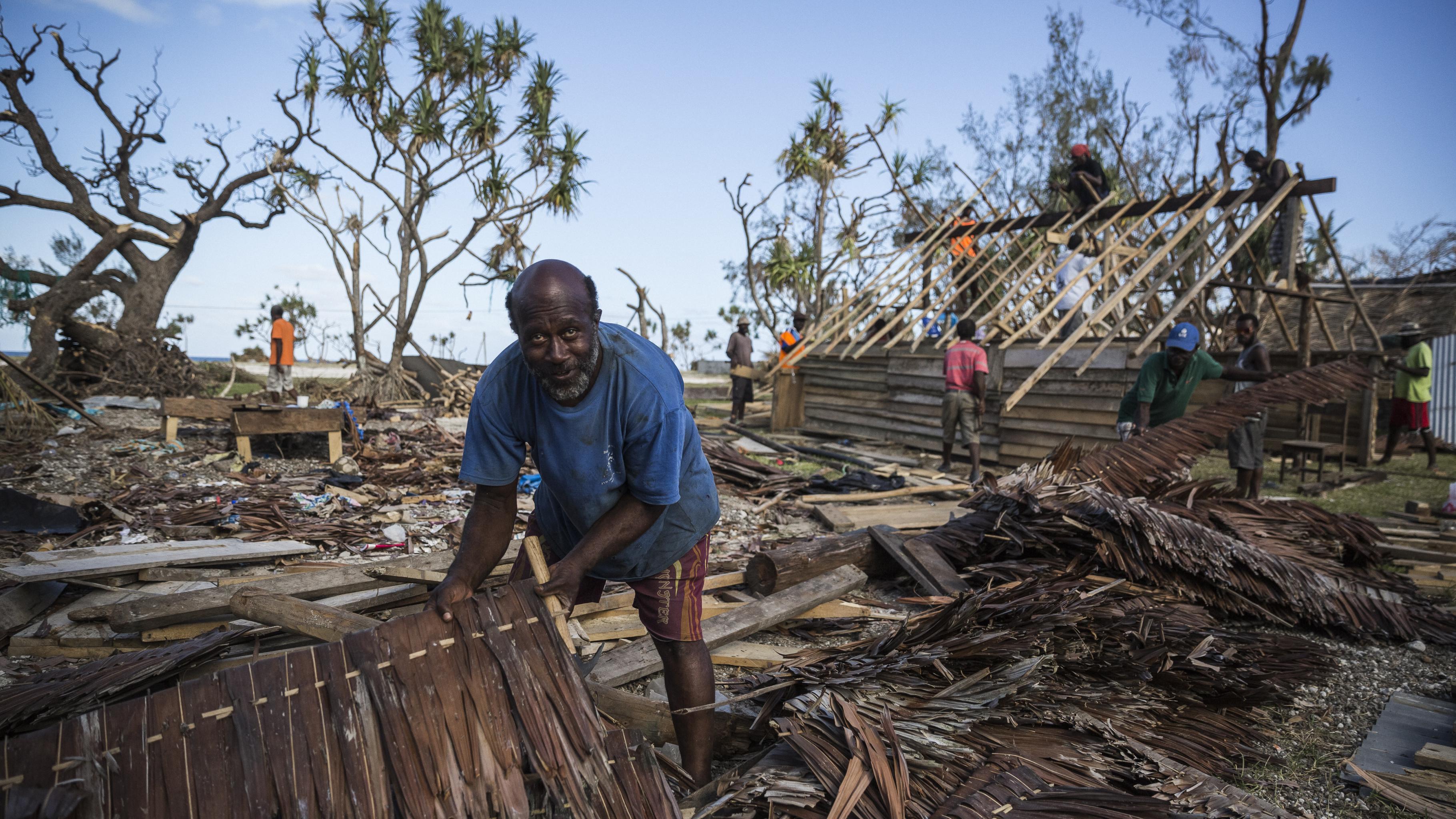 Mann steht in Trümmern seines Hauses, das vom Zyklon zerstört wurde