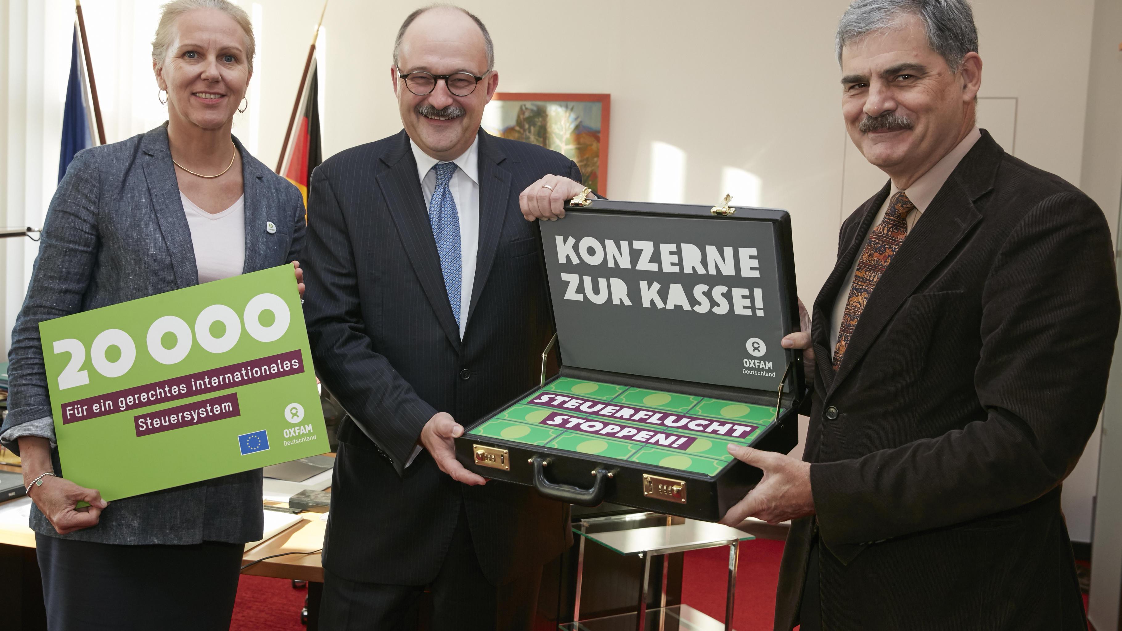 Marion Lieser, Geschäftsführerin von Oxfam Deutschland e. V., Dr. Michael Meister, Parlamentarischer Staatssekretär und Juan Alberto Fuentes, Vorstandsvorsitzender von Oxfam International