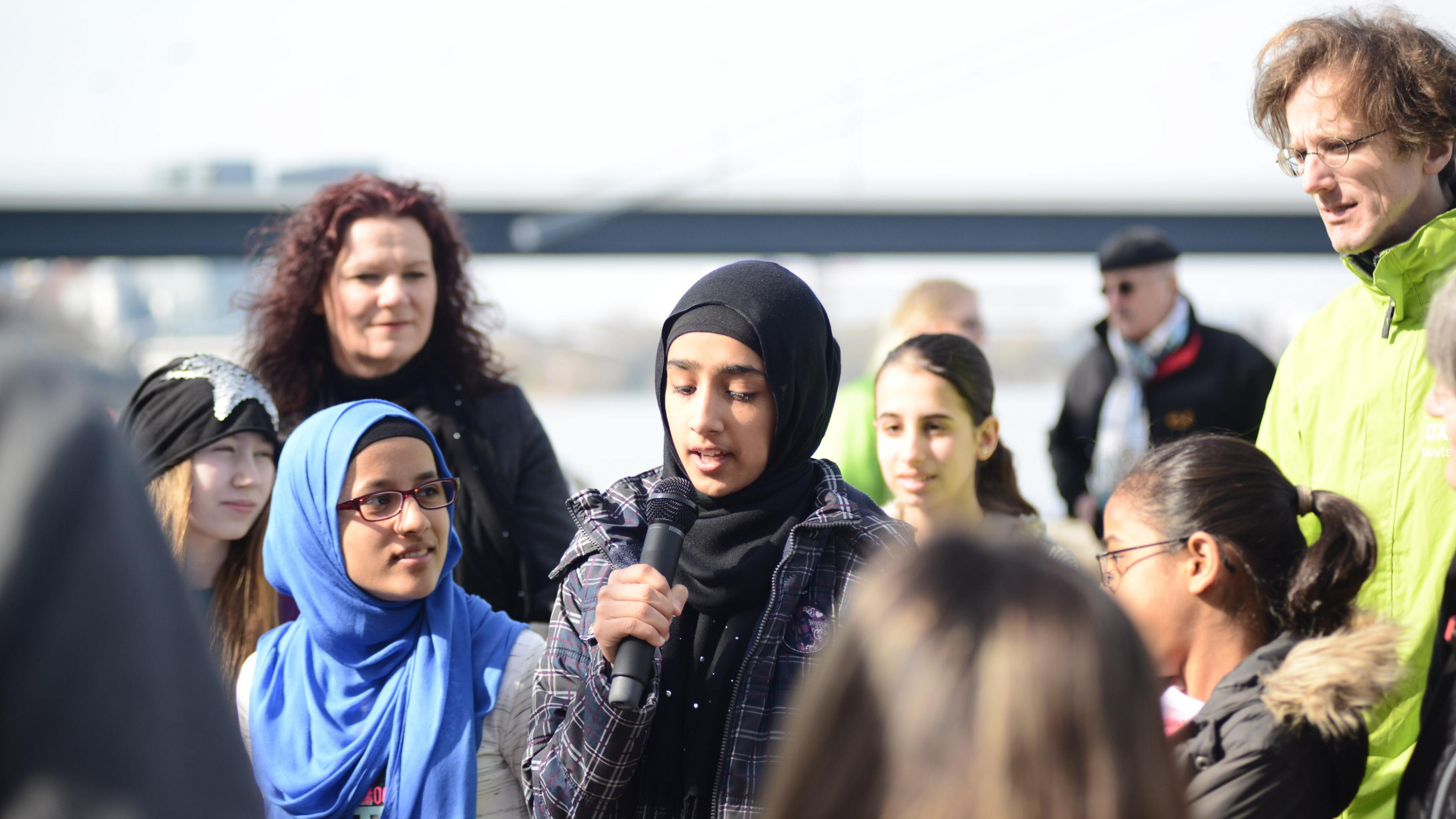 Ein Mädchen spricht ins Mikrofon