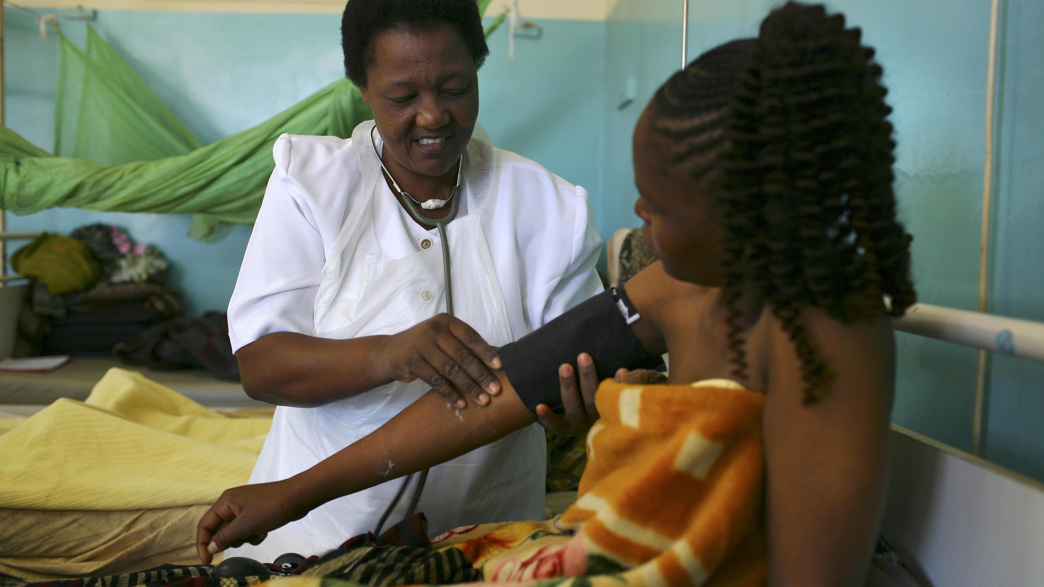Eine Krankenschwester misst den Blutdruck einer Patientin