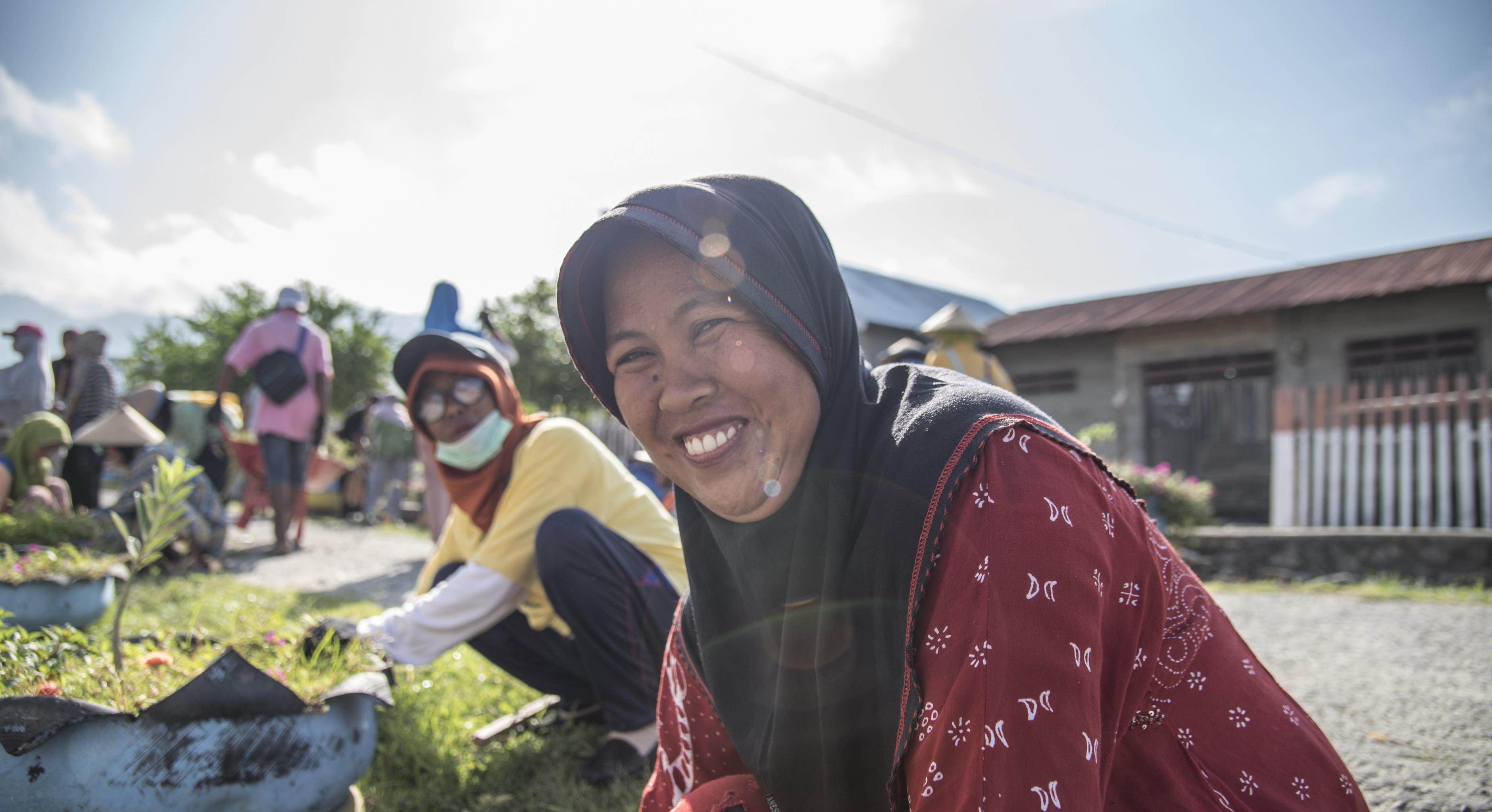 Frau hilft beim Aufbau einer Stadt um Palu