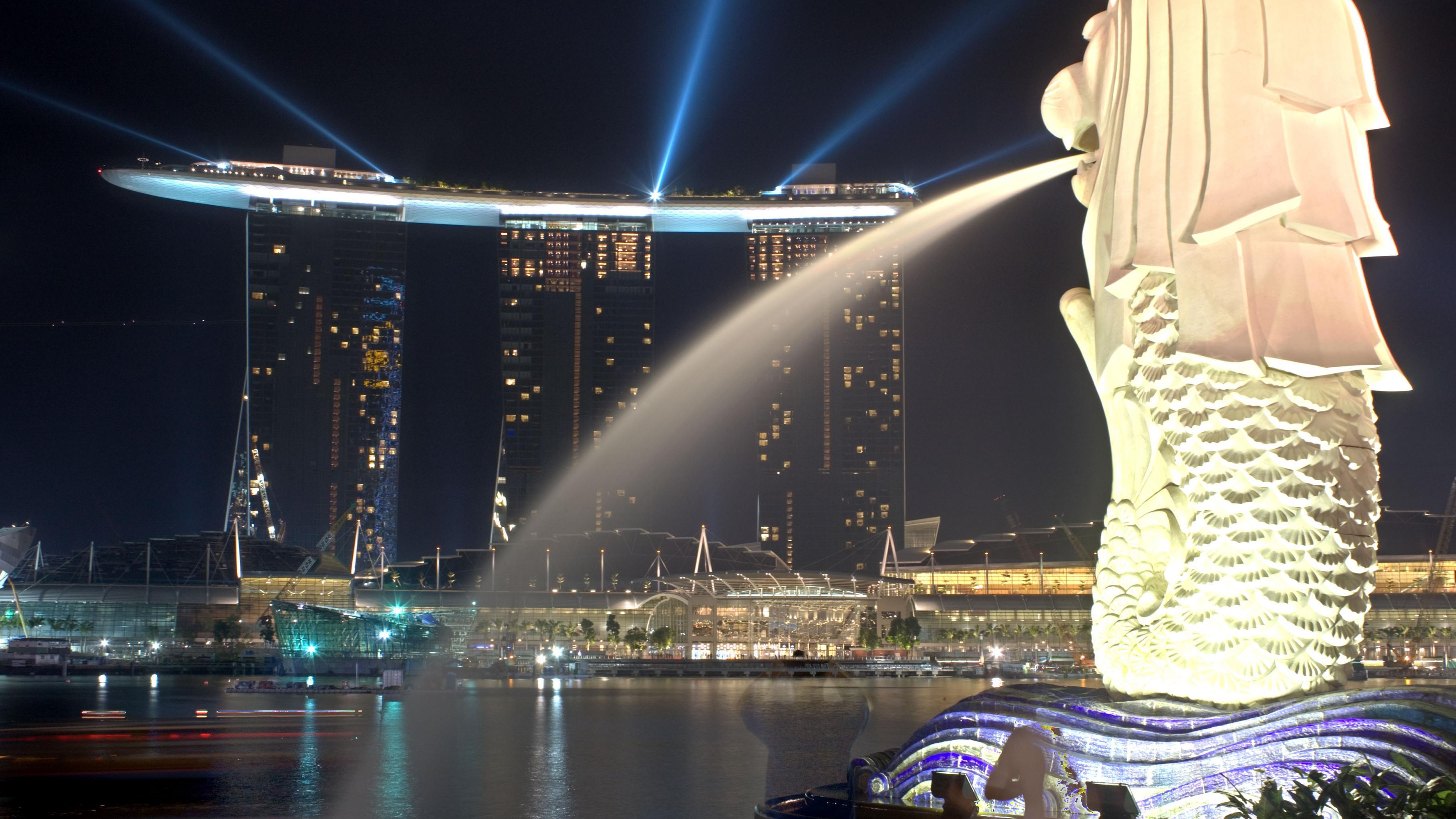 Merlion, Wahrzeichen Singapurs, bei Nacht