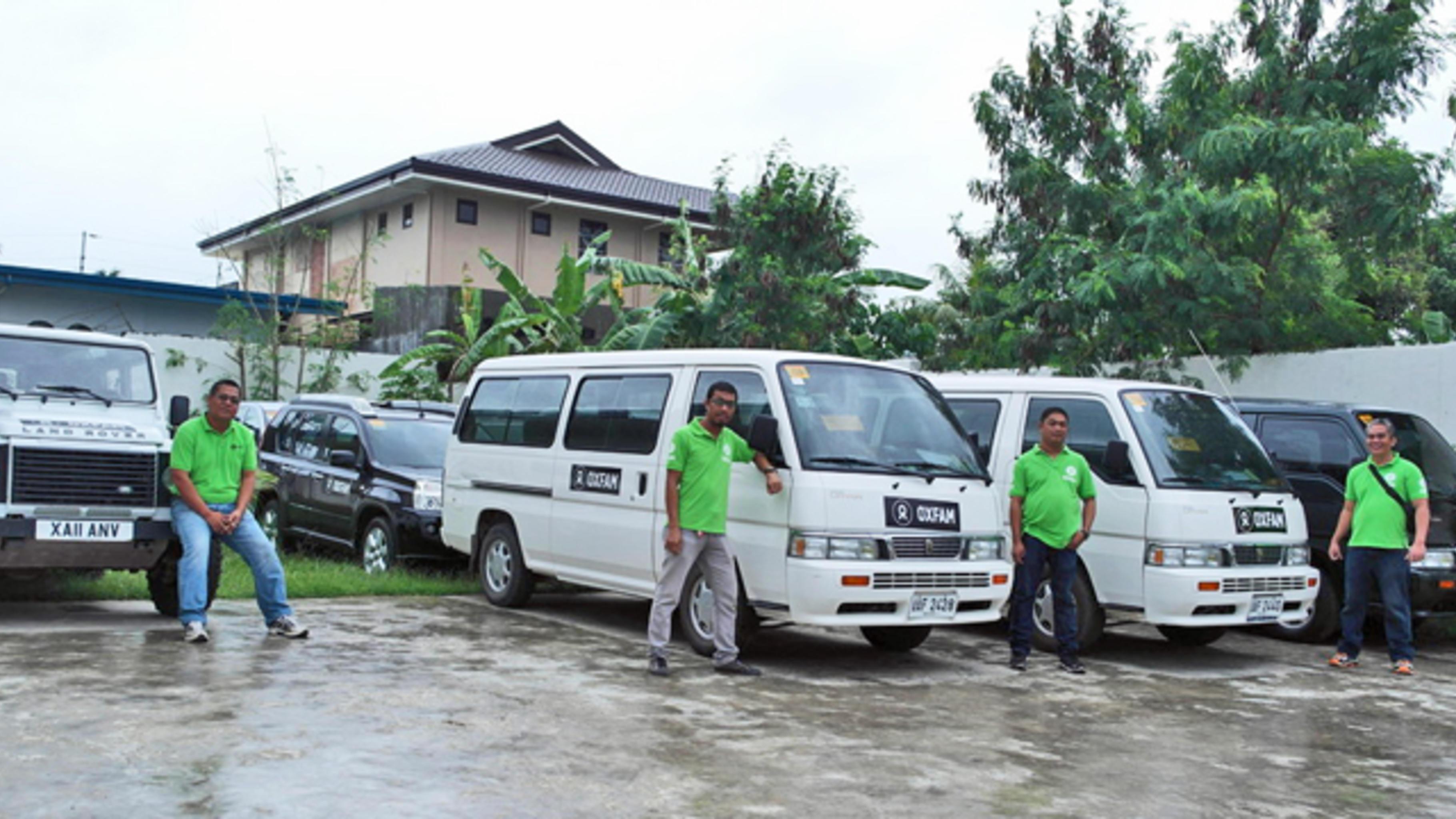 Acht Oxfam Fahrzeuge stehen bereit