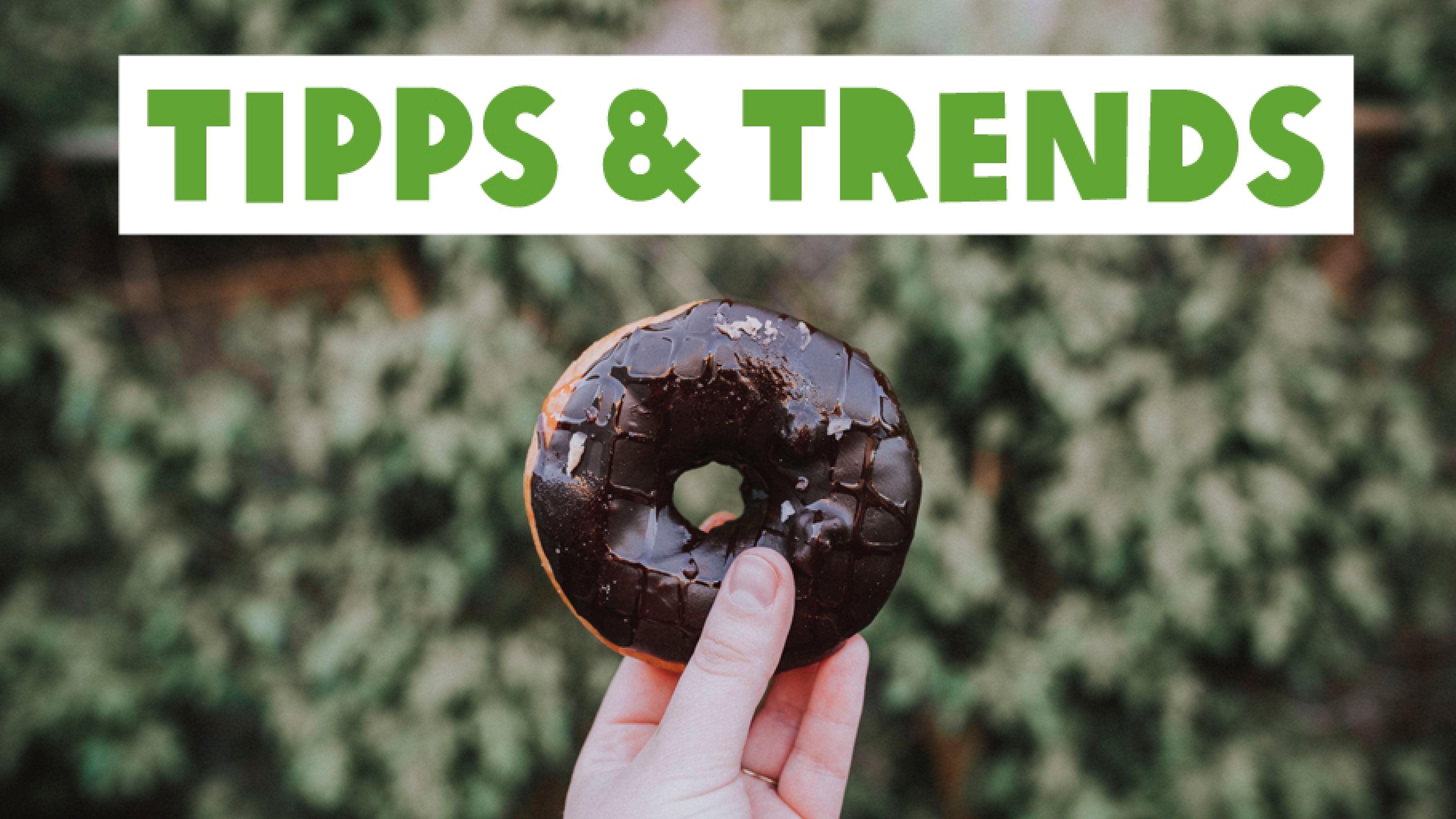 Hand hält einen Donut, Überschrift: Tipps und Trends