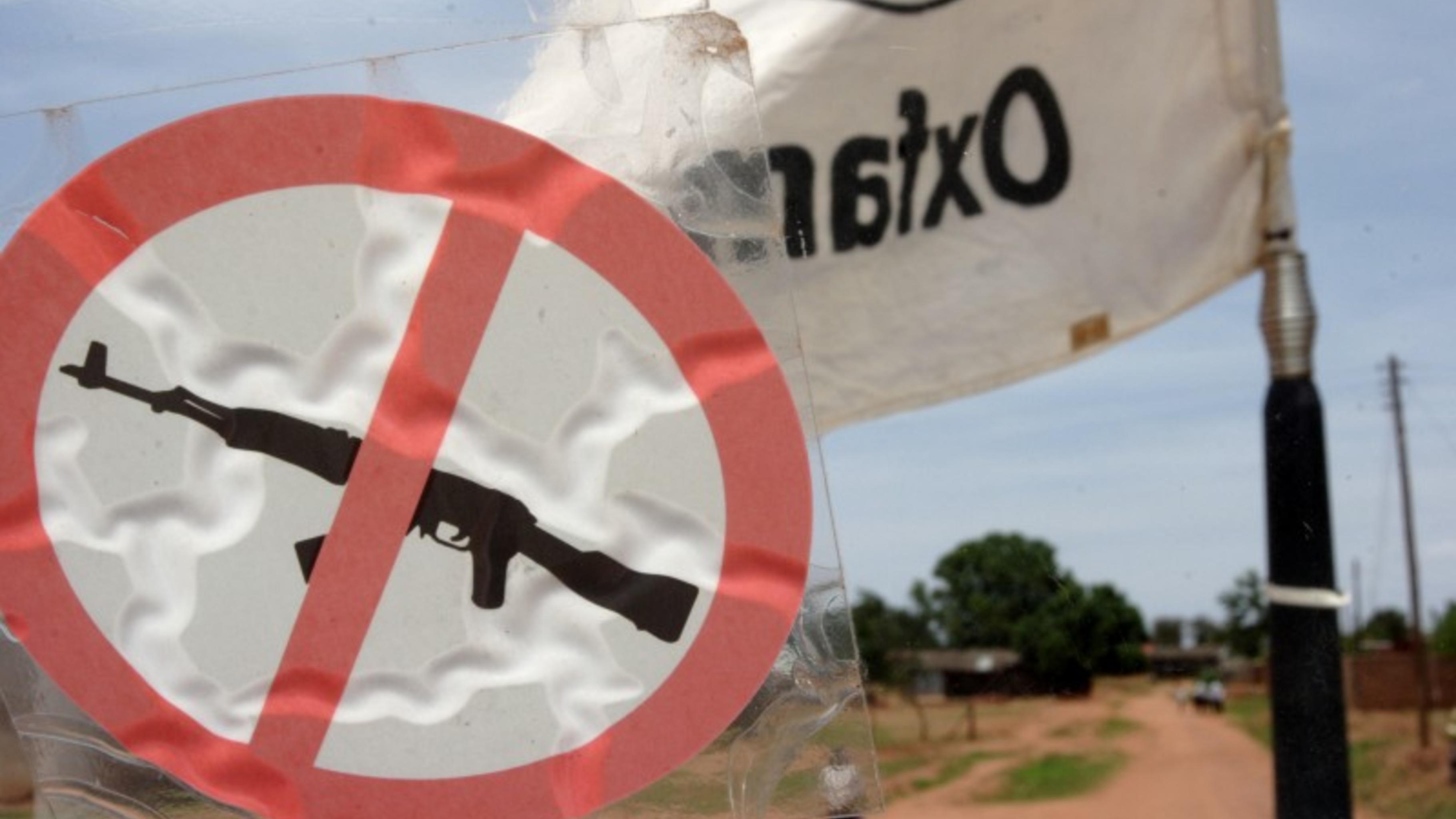 Foto: Oxfam Logo und Waffenverbot