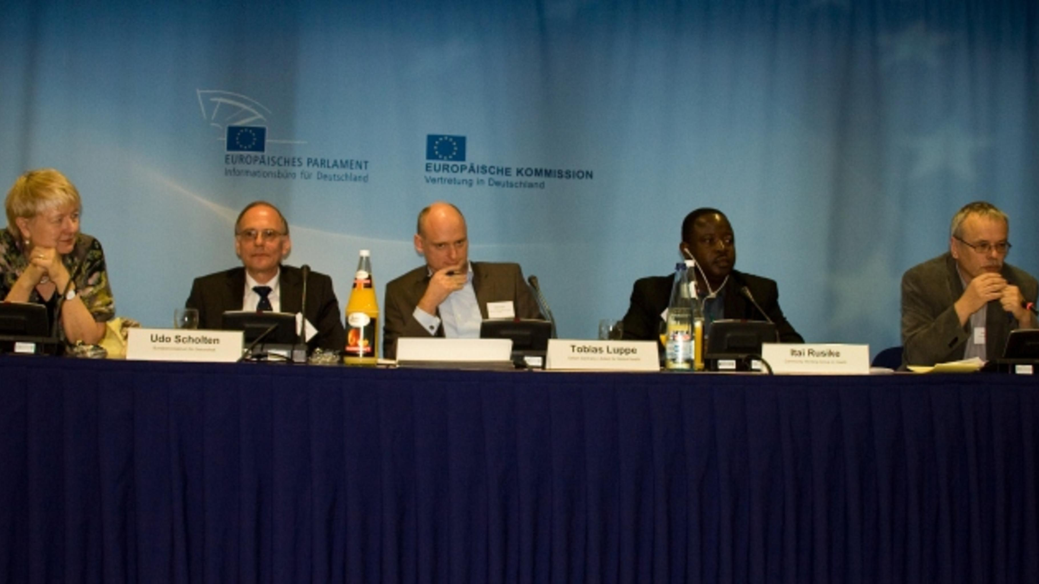 Ilona Kickbusch, Udo Scholten, Tobias Luppe, Itai Rusike und Uwe Kekeritz. © Oxf