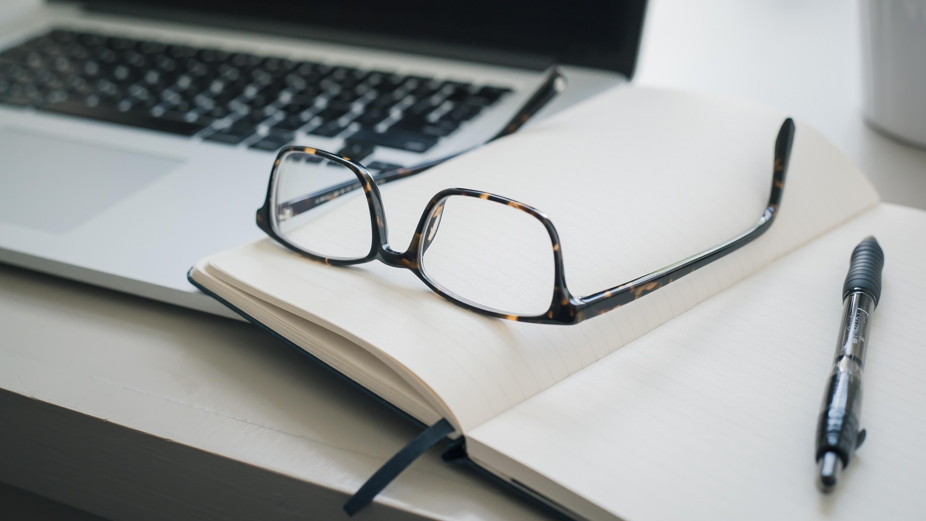 Arbeitsplatz mit Computer und Notizbuch