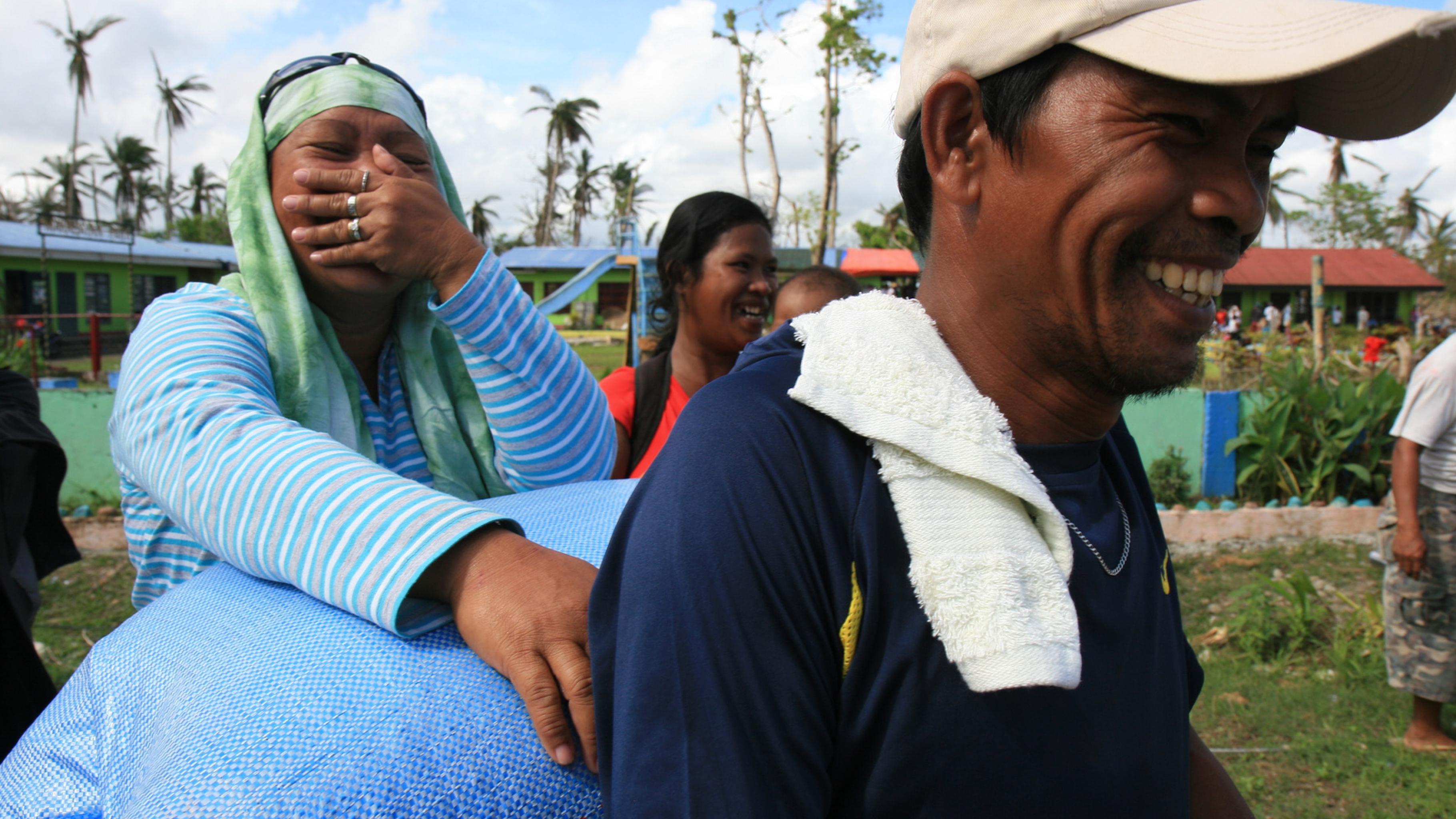 Foto: Reisbäuerinnen und -bauern freuen sich über das erhaltene Saatgut.