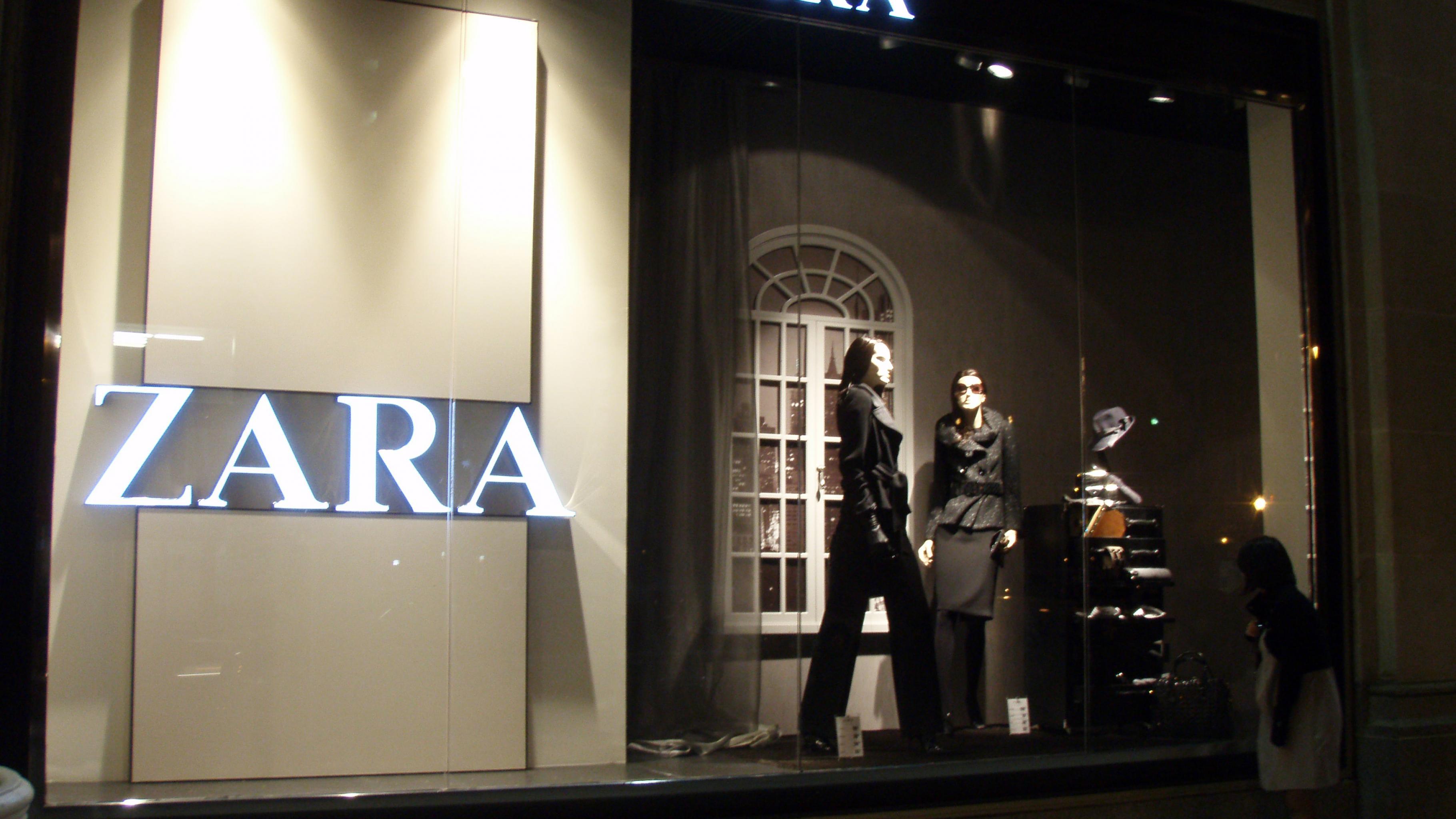Zara-Schaufenster bei Nacht
