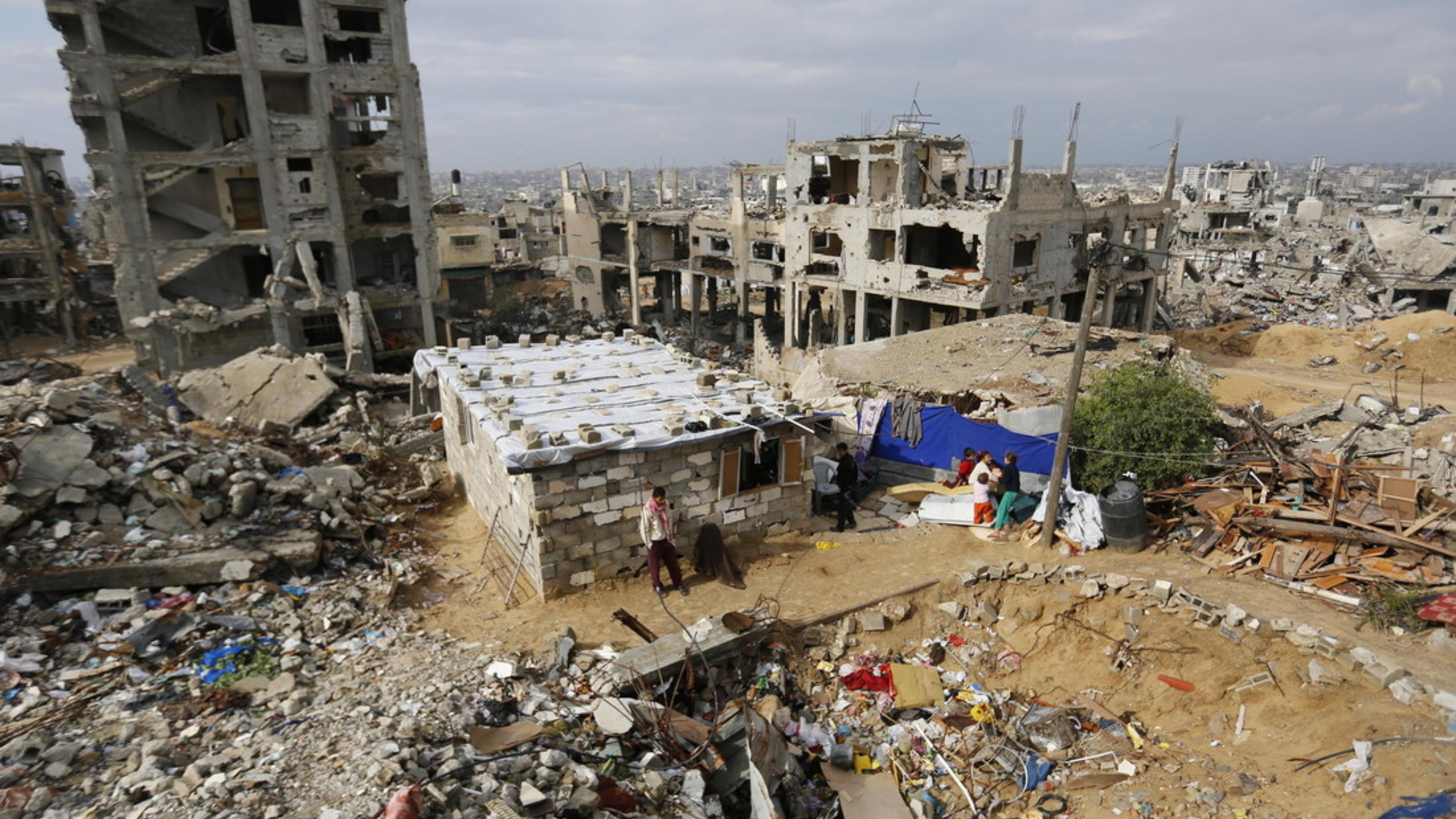 Foto: Suleiman vor seiner Unterkunft in Gaza.