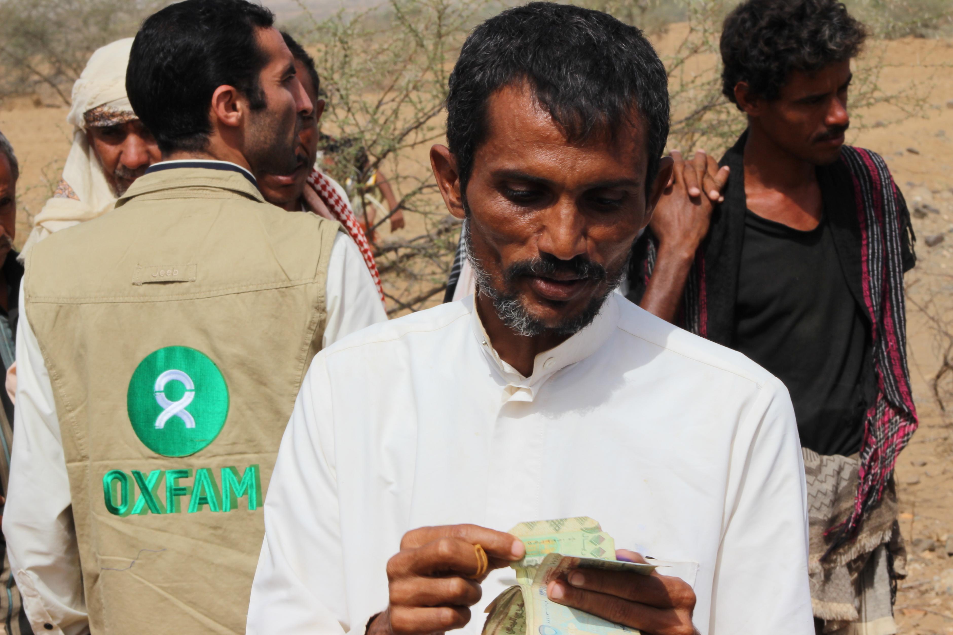 Ein Mann aus dem Jemen erhält Bargeld