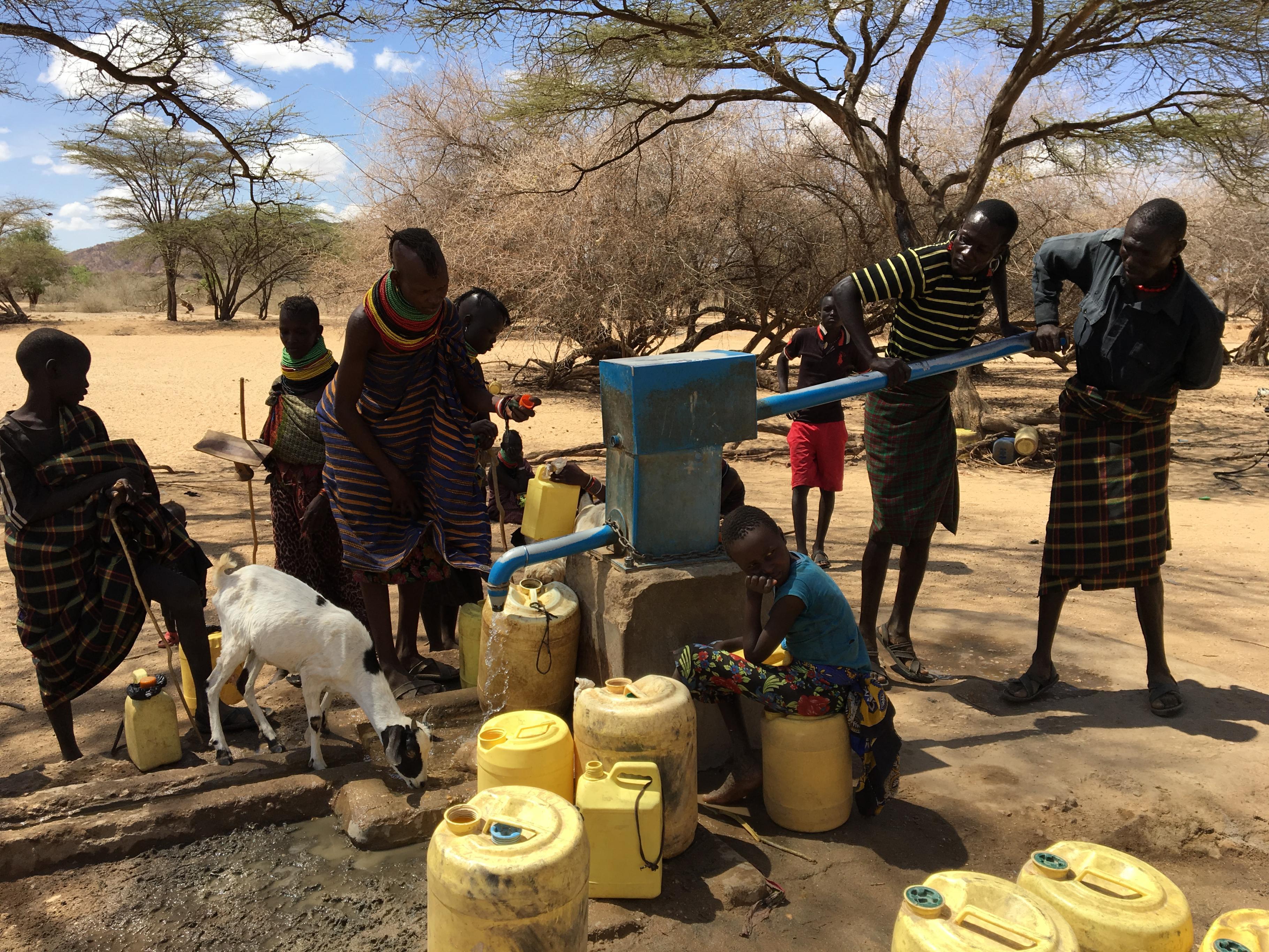 Kenia: Männer zapfen an einem Brunnen Wasser
