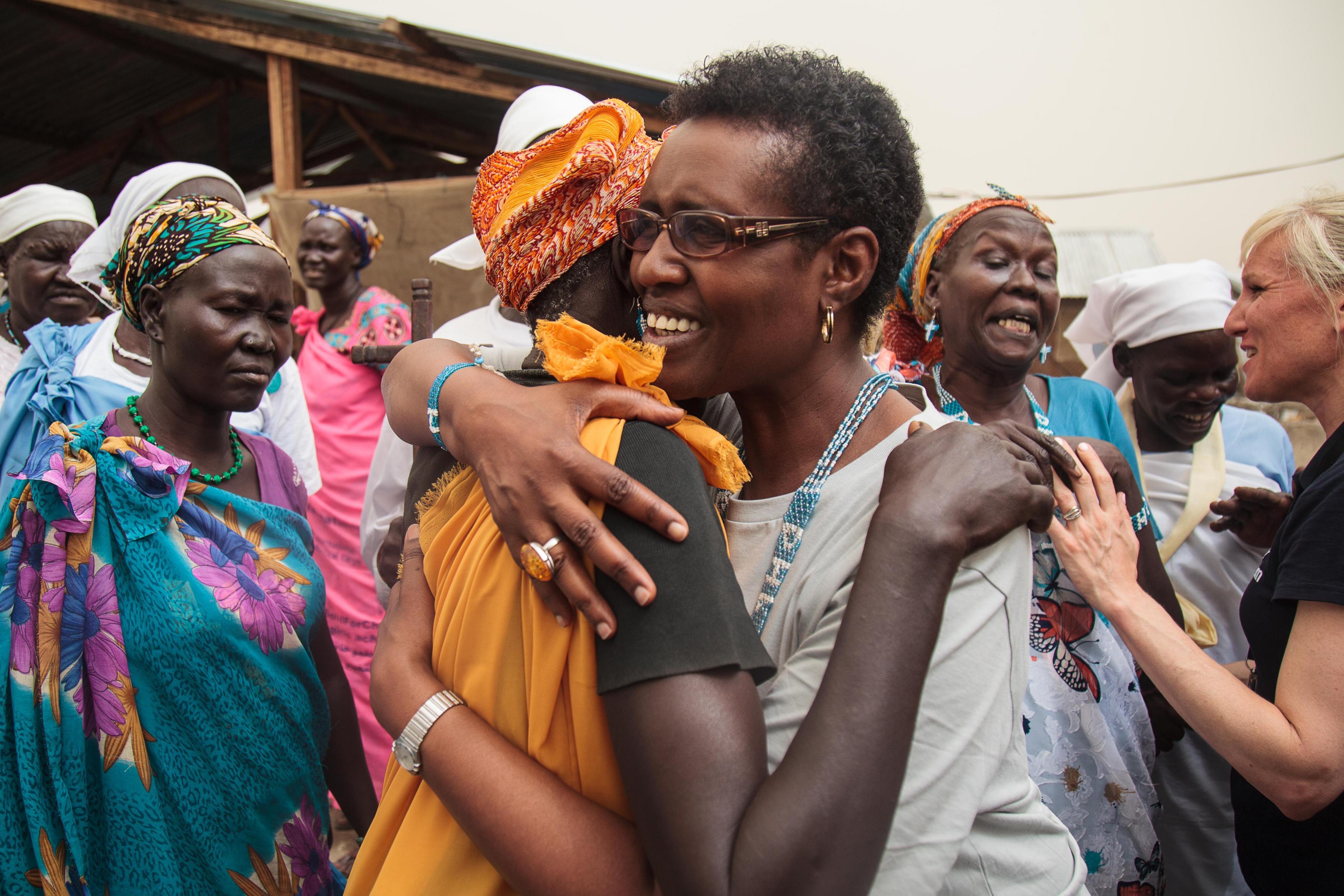 Winnie Byanyima umarmt Nyadeng Nyichiar im Südsudan in Malakal