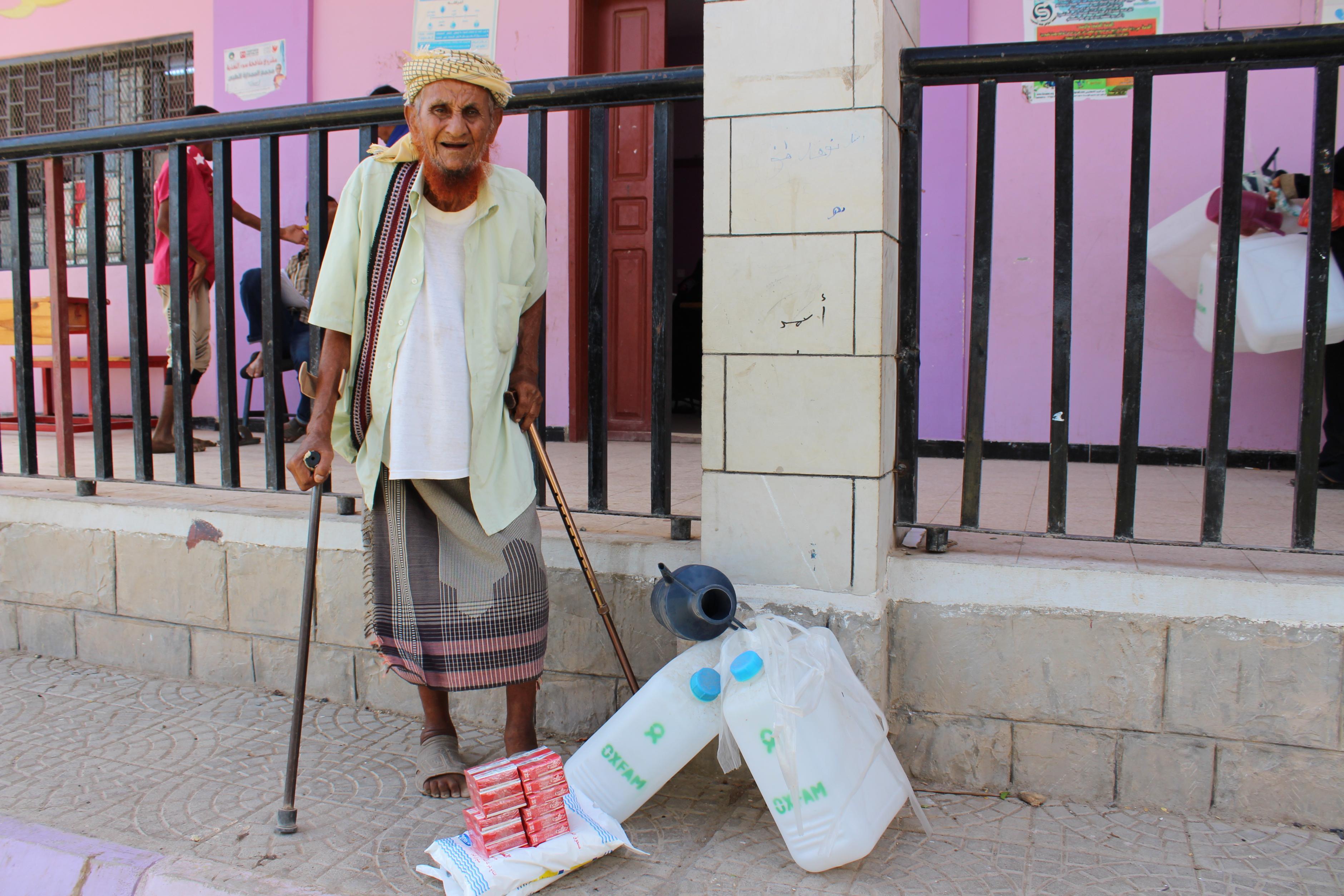 Ein Mann aus dem Jemen steht neben einem Hygiene-Set