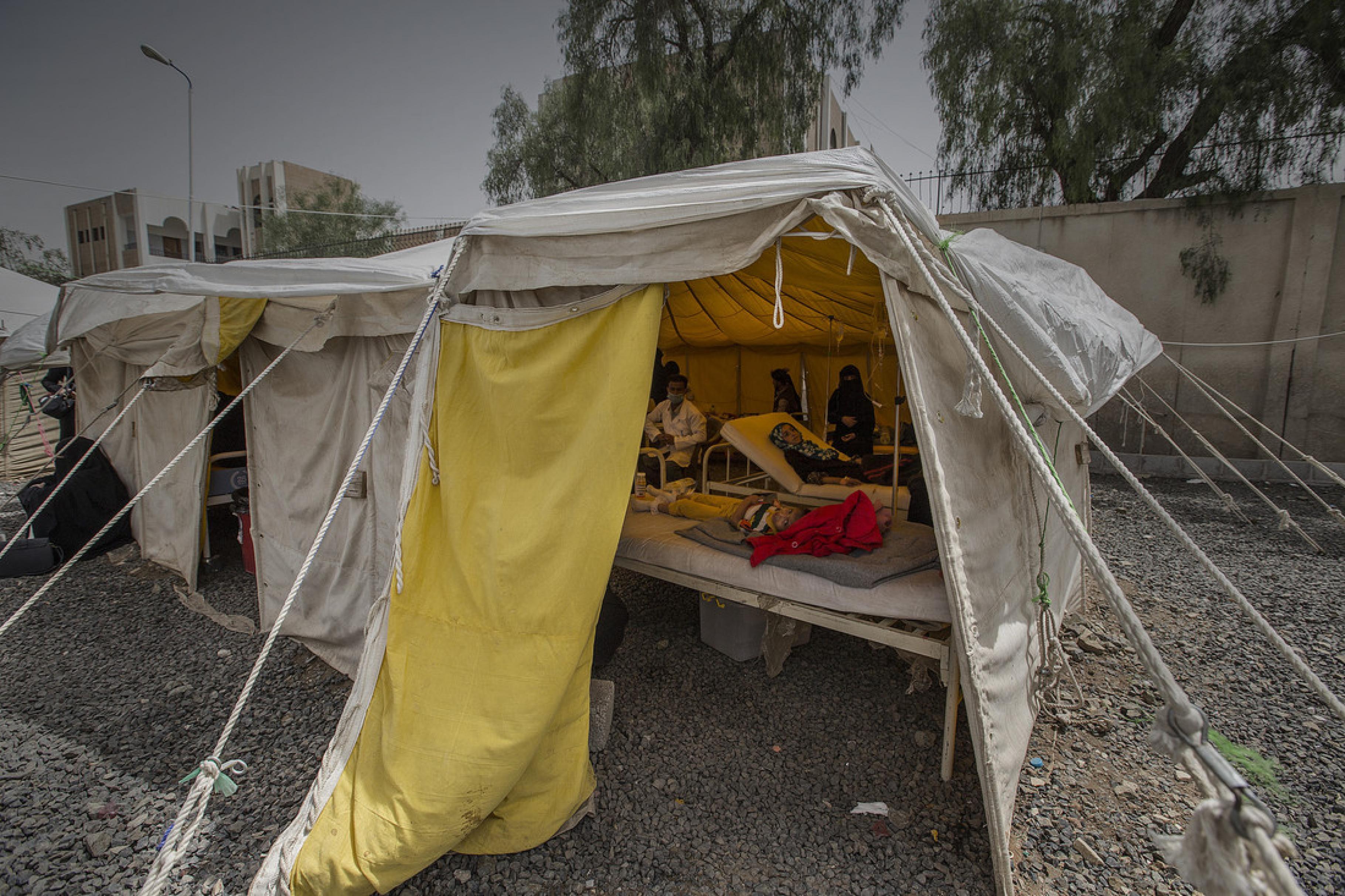 Zelte vor dem Al-Sabʿin-Krankenhaus, in denen Cholera-Verdachtsfällte behandelt werden