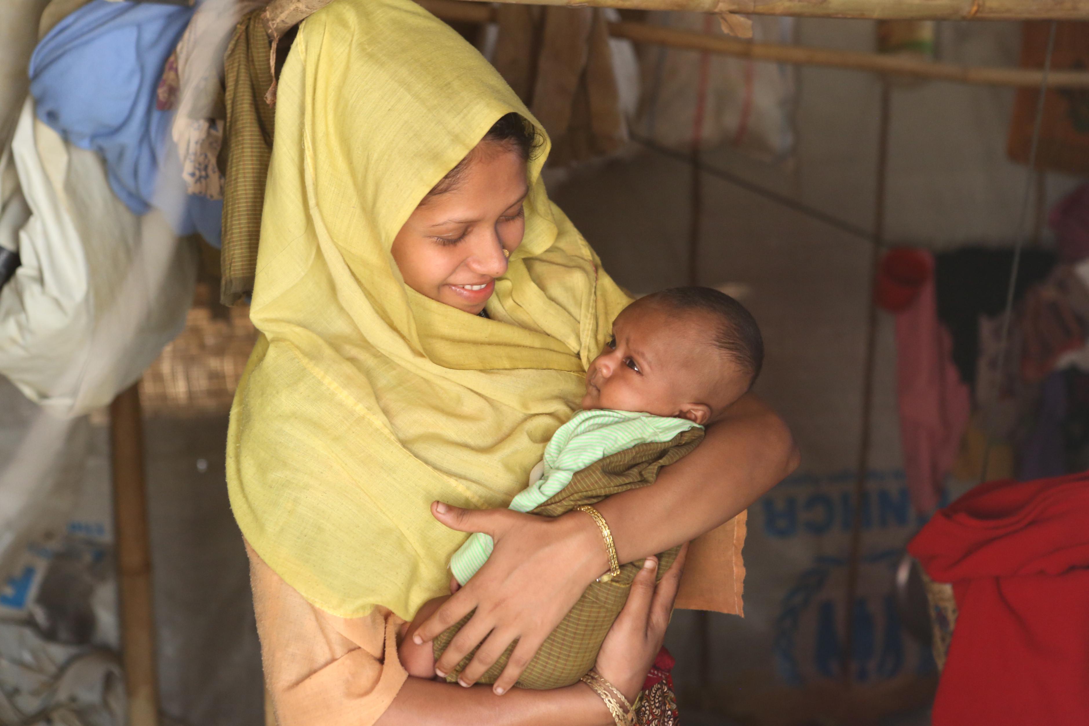 Die 20-jährige Shompa* mit ihrer Tochter Iffat* in ihrem Zelt im Balukhali-Flüchtlingscamp in Bangladesch