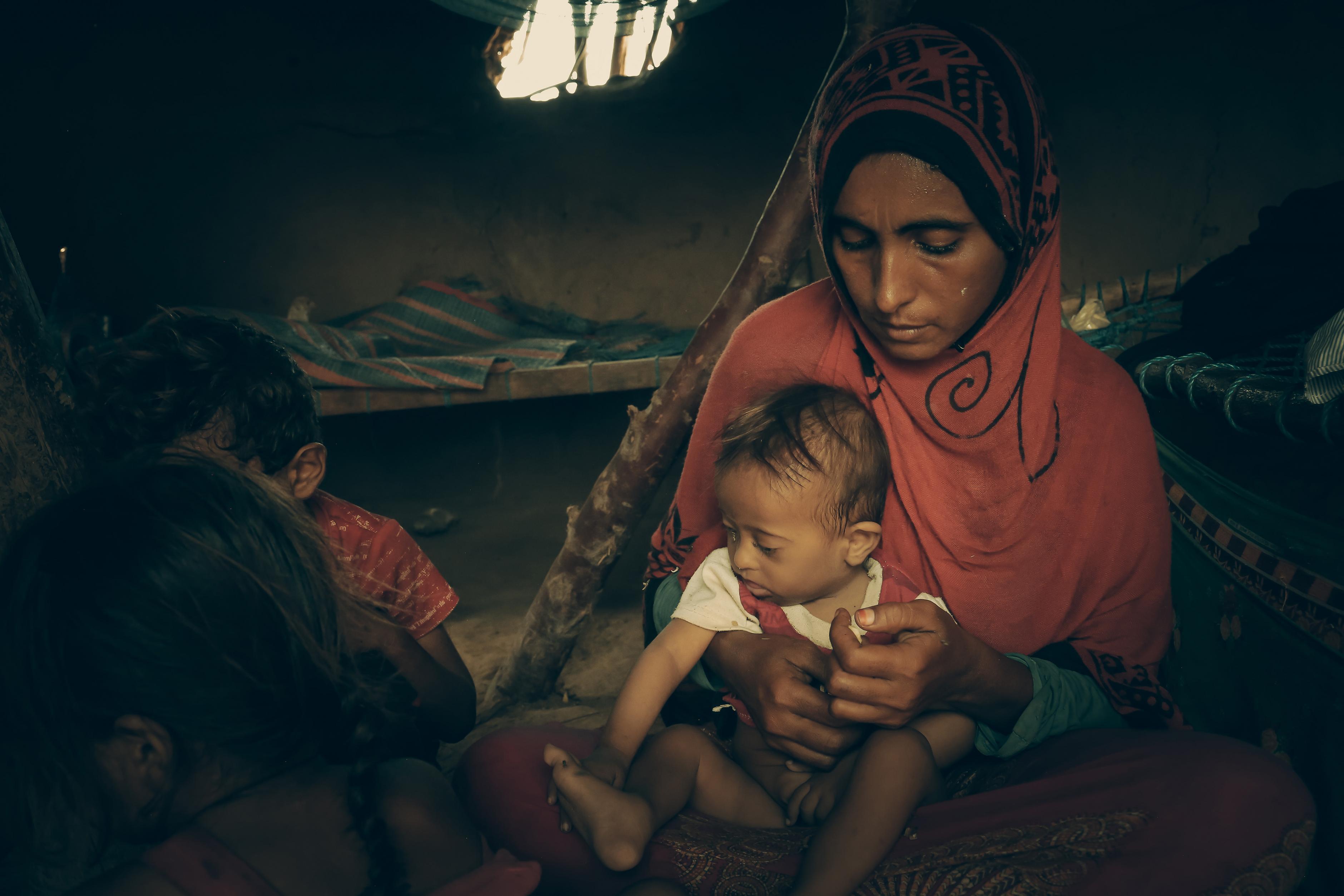 Eine Mutter aus dem Jemen mit ihrem kleinen Kind
