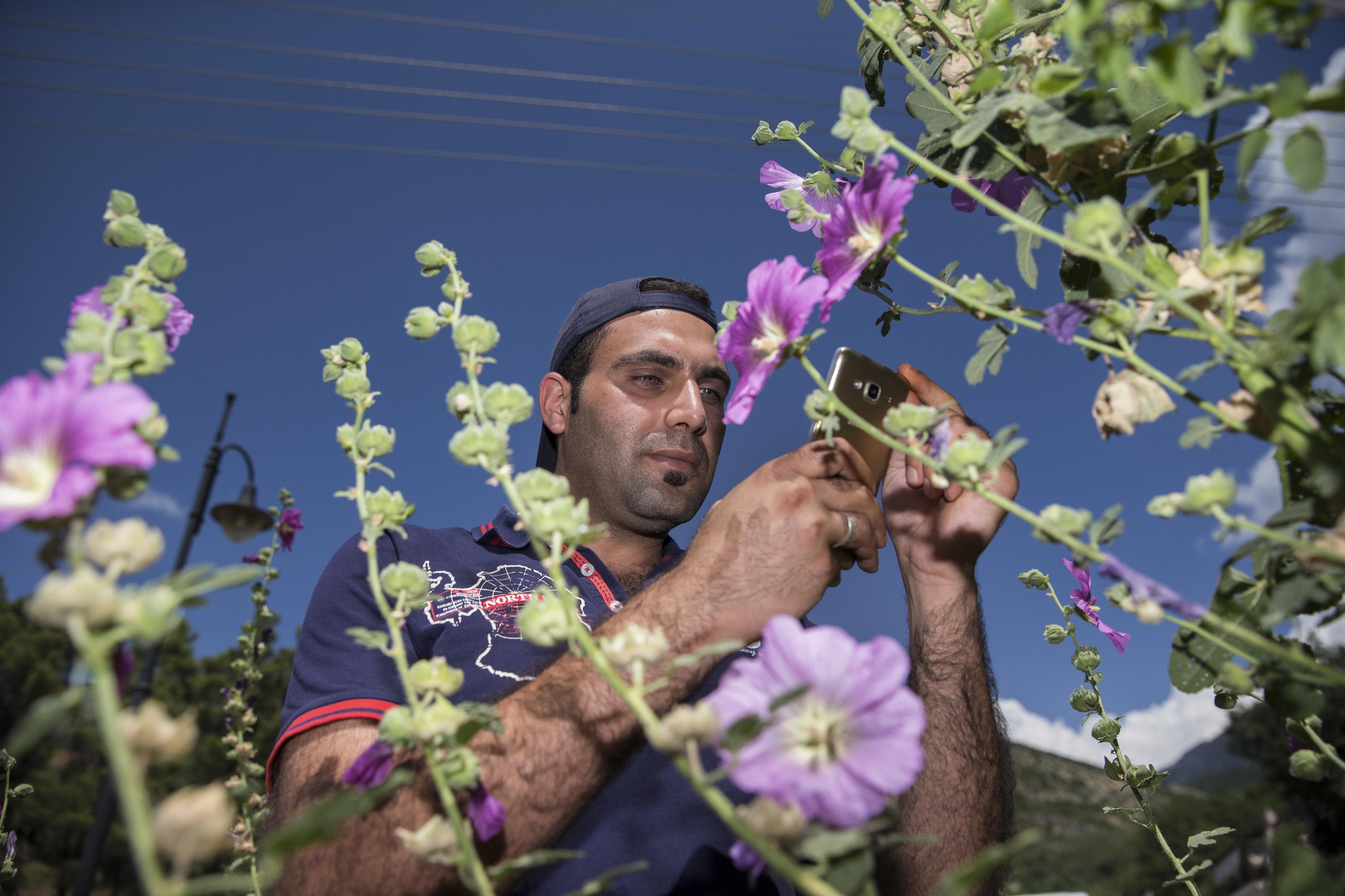 Mohammed fotografiert Blumen