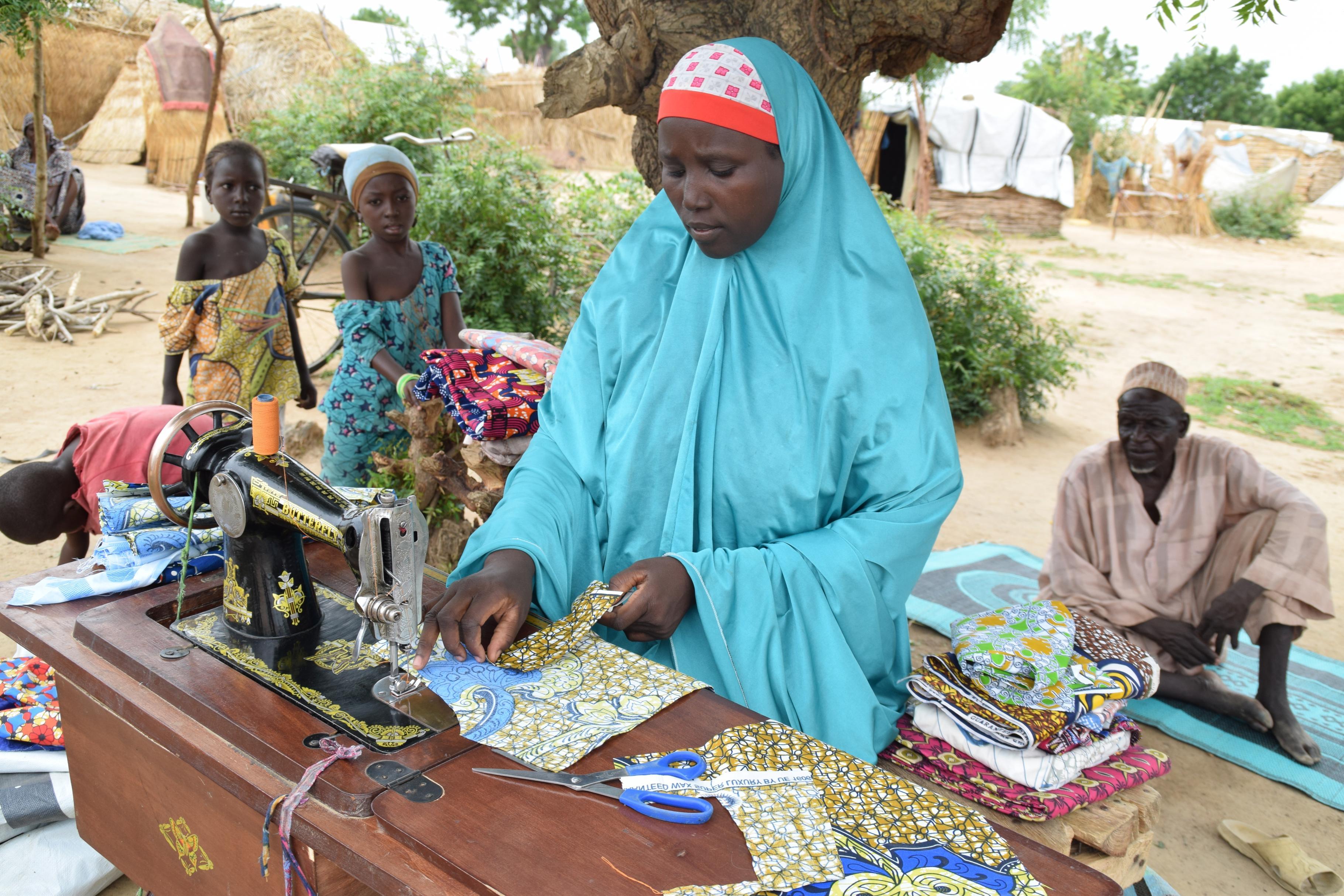 Maryam mit ihrer Nähmaschine in einem Camp in Damboa in Nigeria